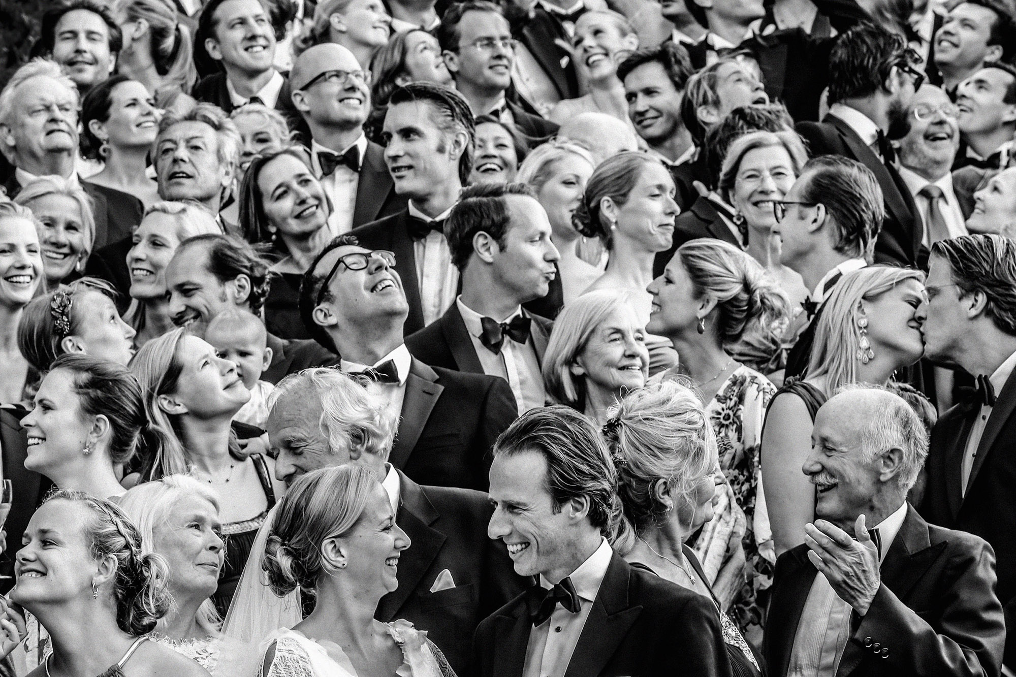 big-group-photo-black-and-white-of-bride-and-groom-with-guests-by-franck-boutonnet-france-wedding-photographer