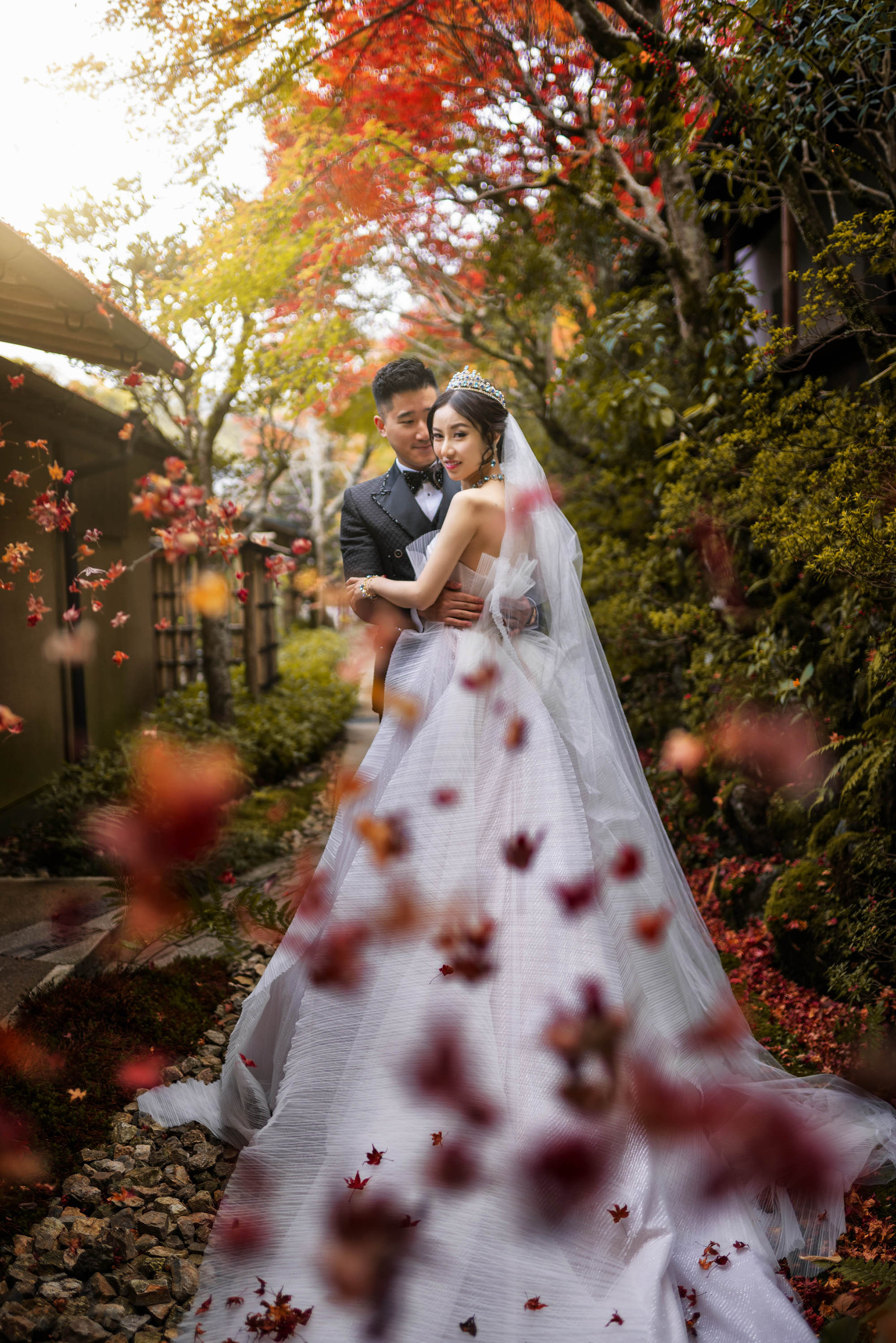 bride-and-groom-portrait-fall-leaves-worlds-best-wedding-photos-cm-leung-china-wedding-photographers