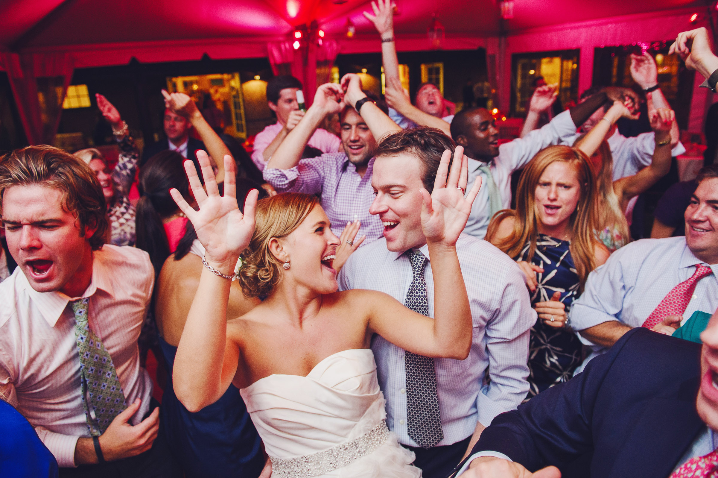 bride-and-guests-dancing-zofia-co-photography