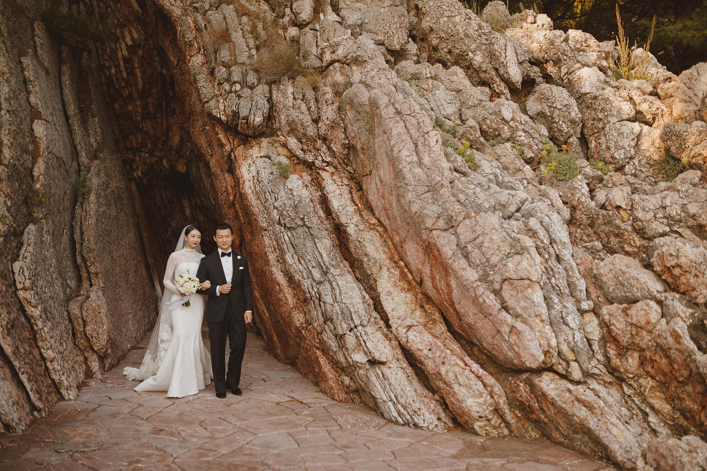 couple-against-craggy-cave-ed-peers-photography
