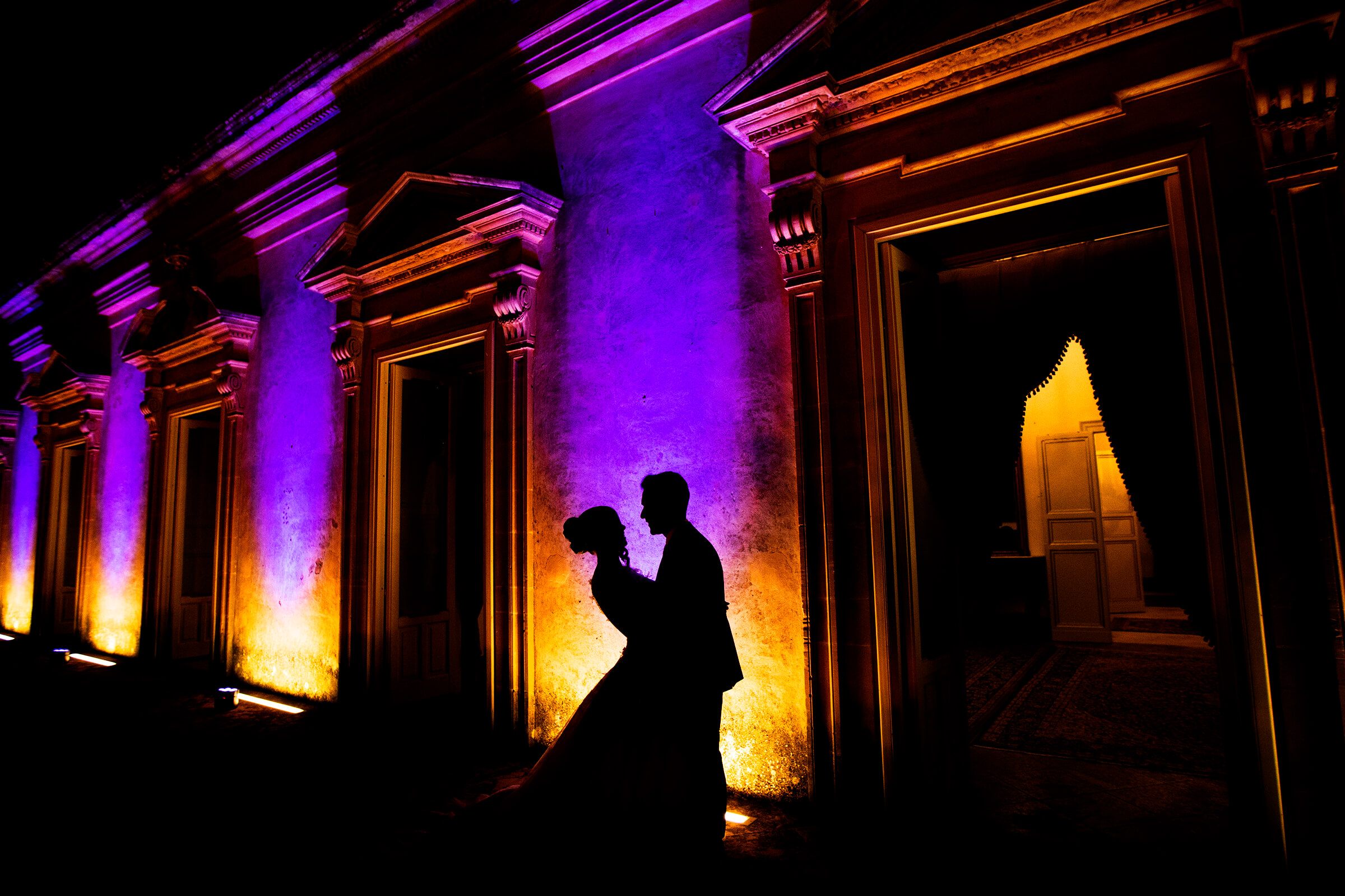 dramatic-lightning-silhouette-couple-against-architecture-in-sicily-nino-lombardo-photographer