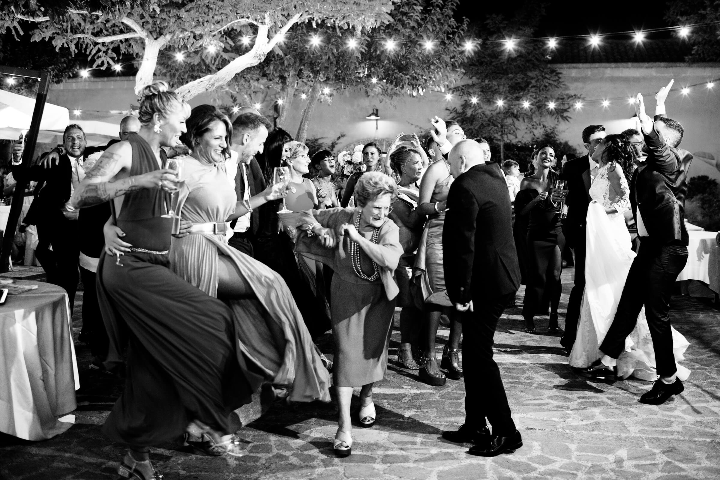 older-guests-add-their-dance-moves-nino-lombardo-photographer