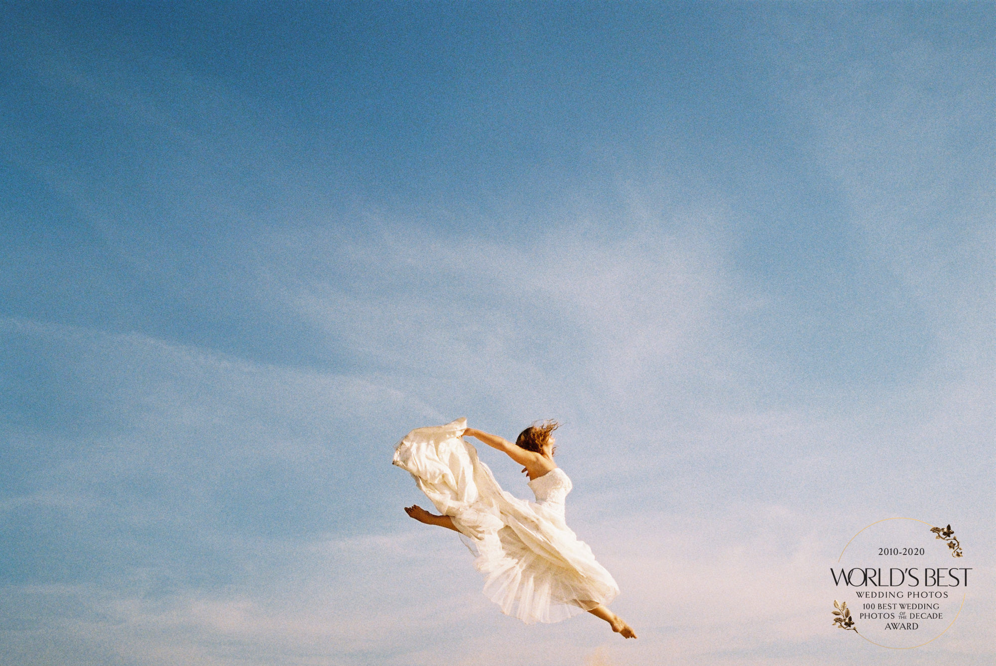 Award-winning, uplifting photo of bride in the air by Fer Juaristi - Mexico