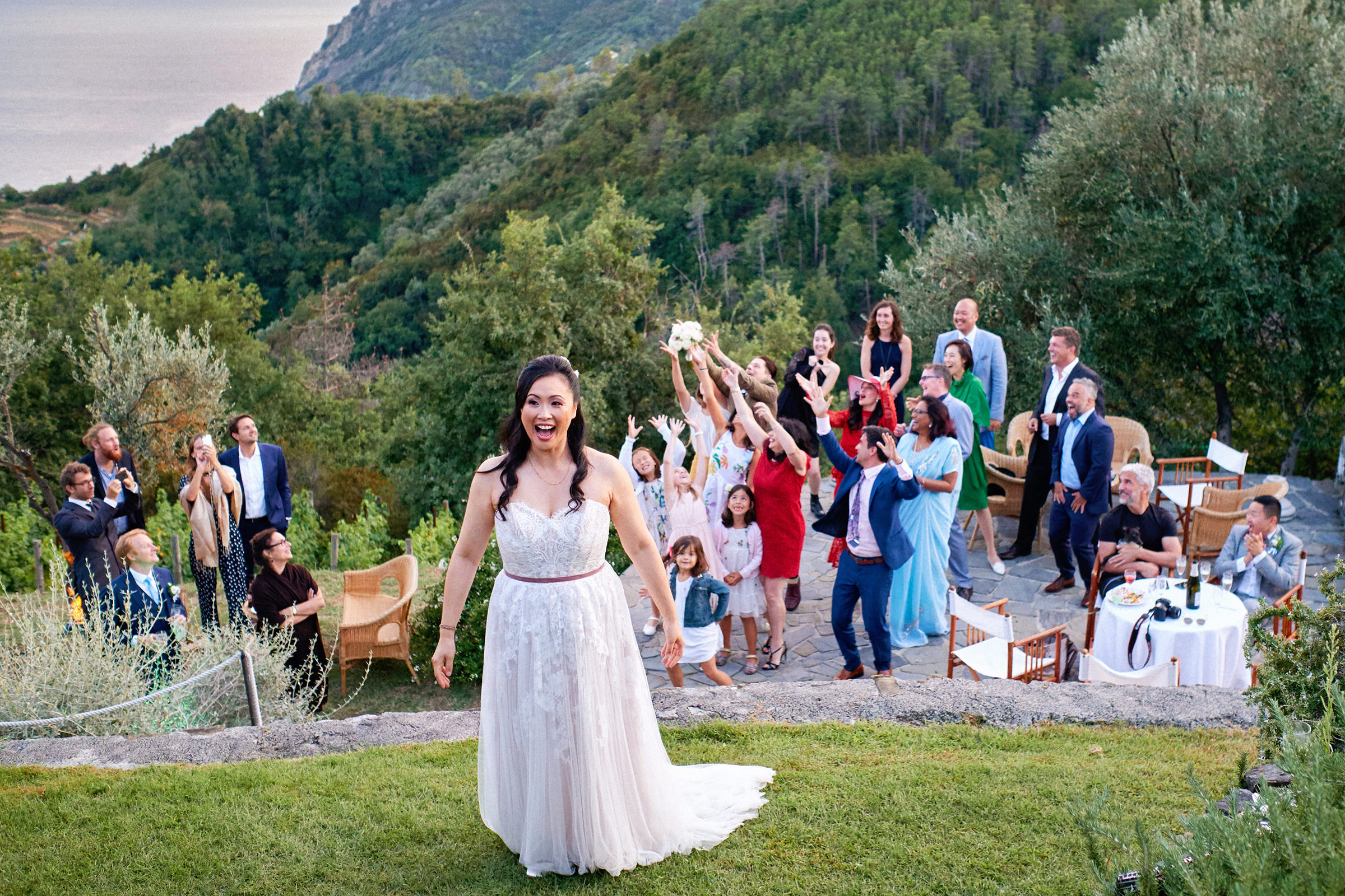 Bouquet toss at outdoor reception site in Italy - photo by Andrea Bagnasco - Italy wedding photographer