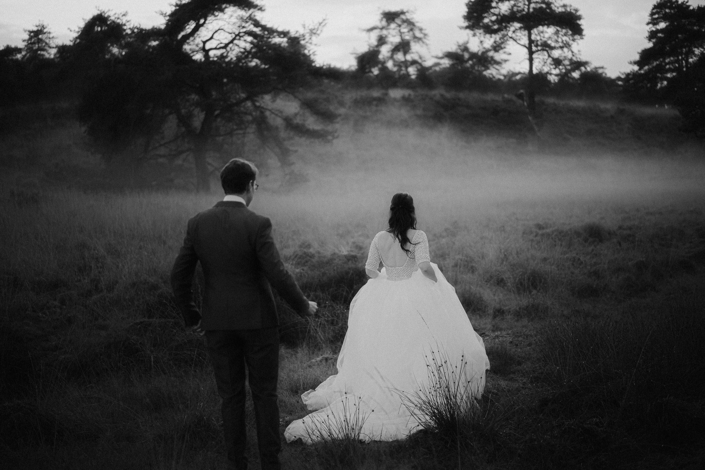 couple-in-foggy-field-naomi-van-der-kraan