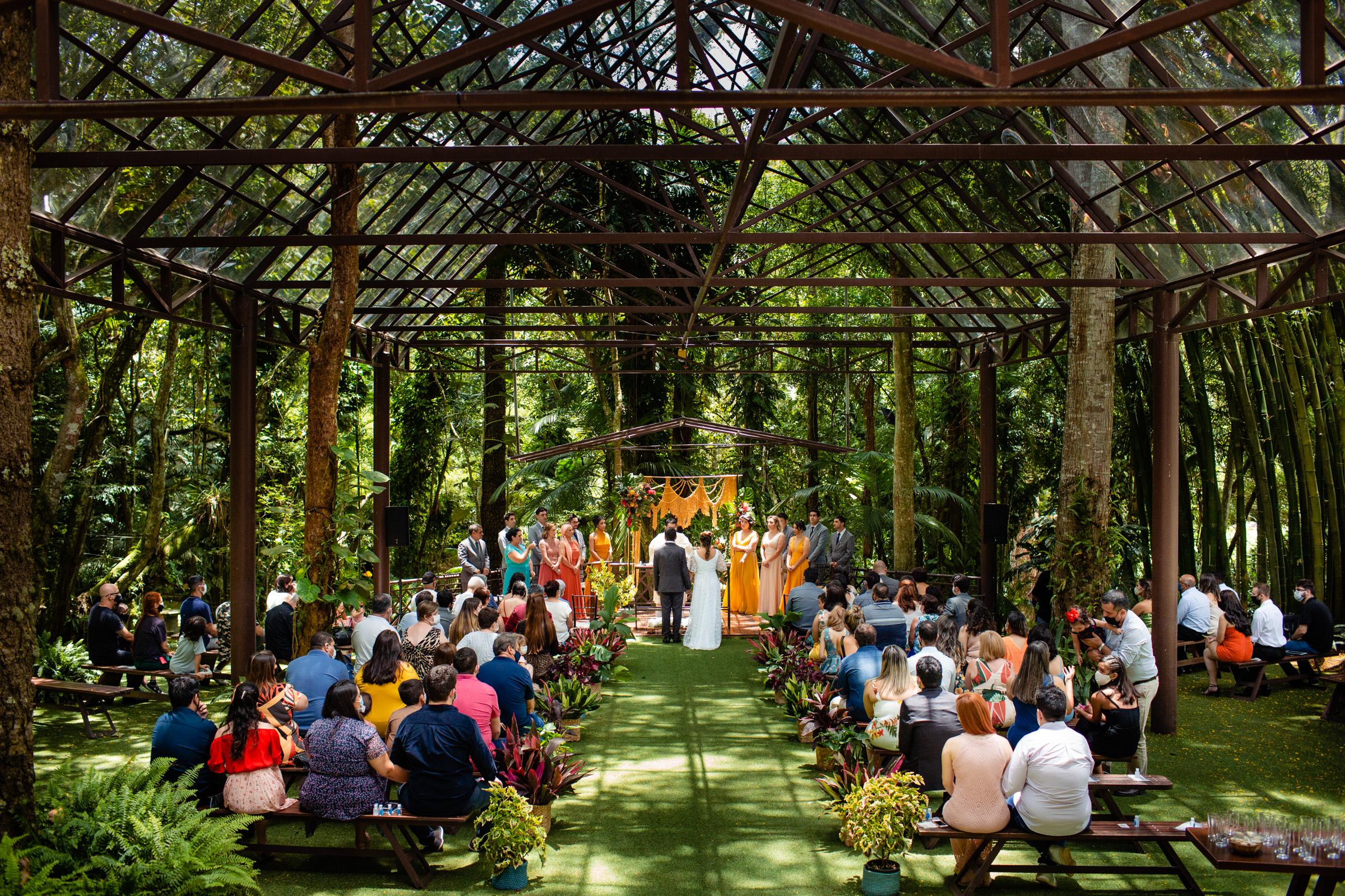 long-view-of-ceremony-in-glass-house-area-da-fotografia