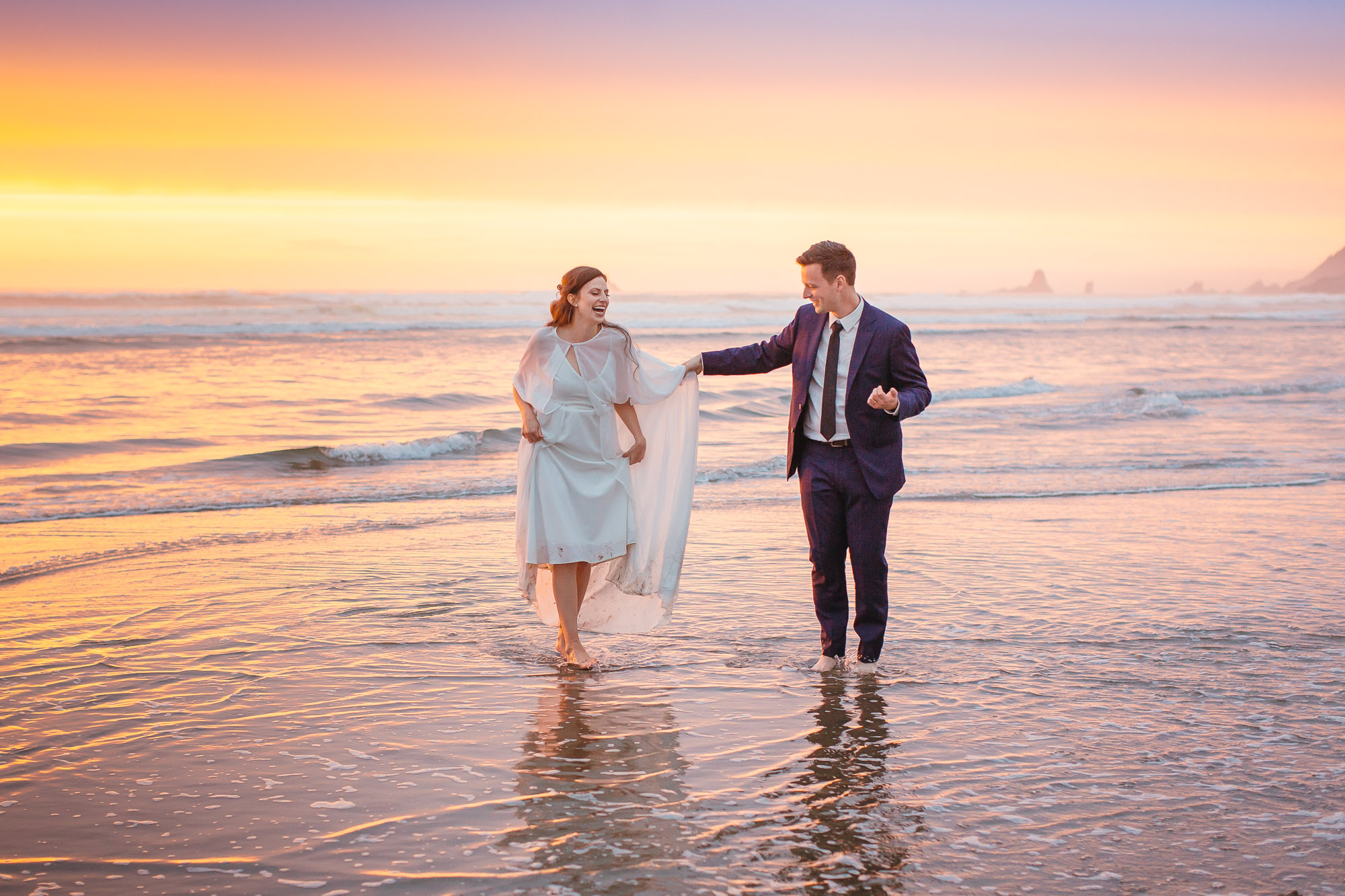 couple-at-water-s-edge-at-oregon-beach-carolines-collective