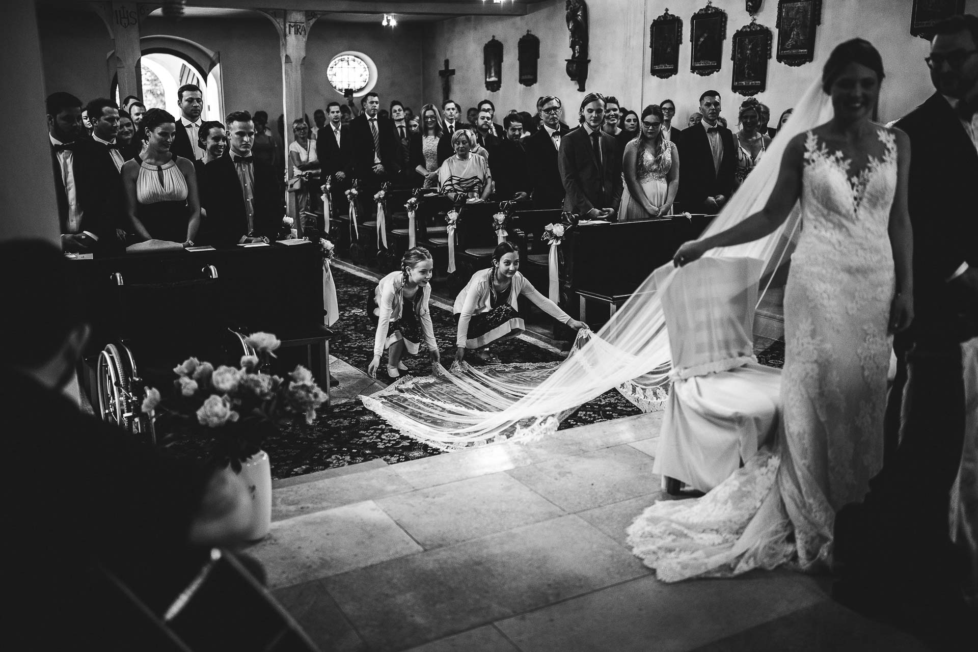 Girls-adjust-brides-dress-fine-art-weddings-germany