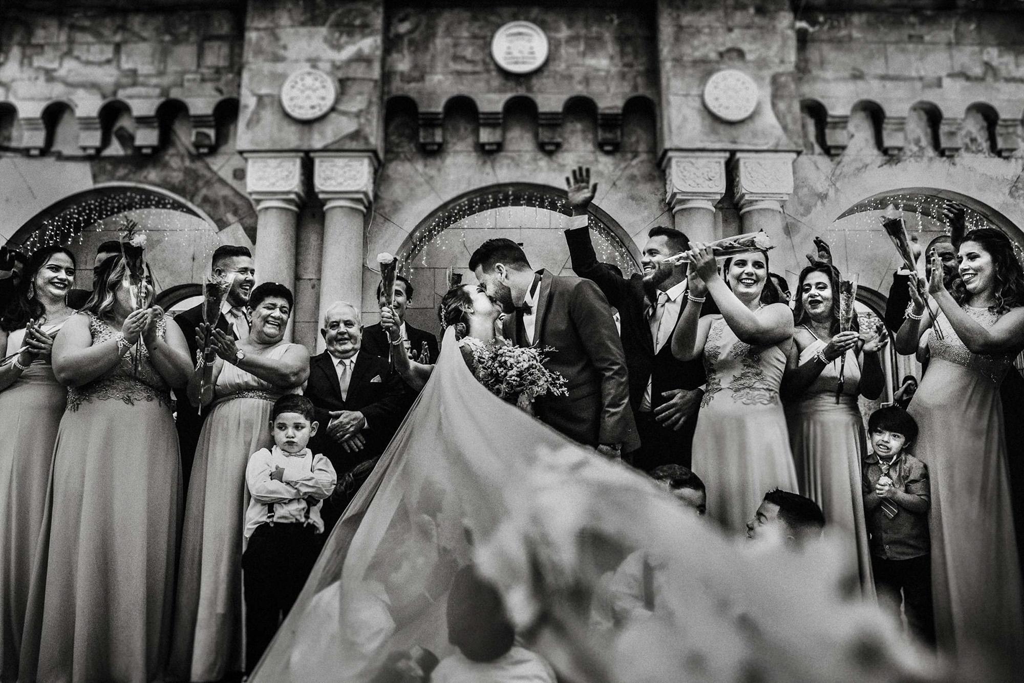 guests-clap-children-play-under-veil-area-da-fotografia-portugal-photographers