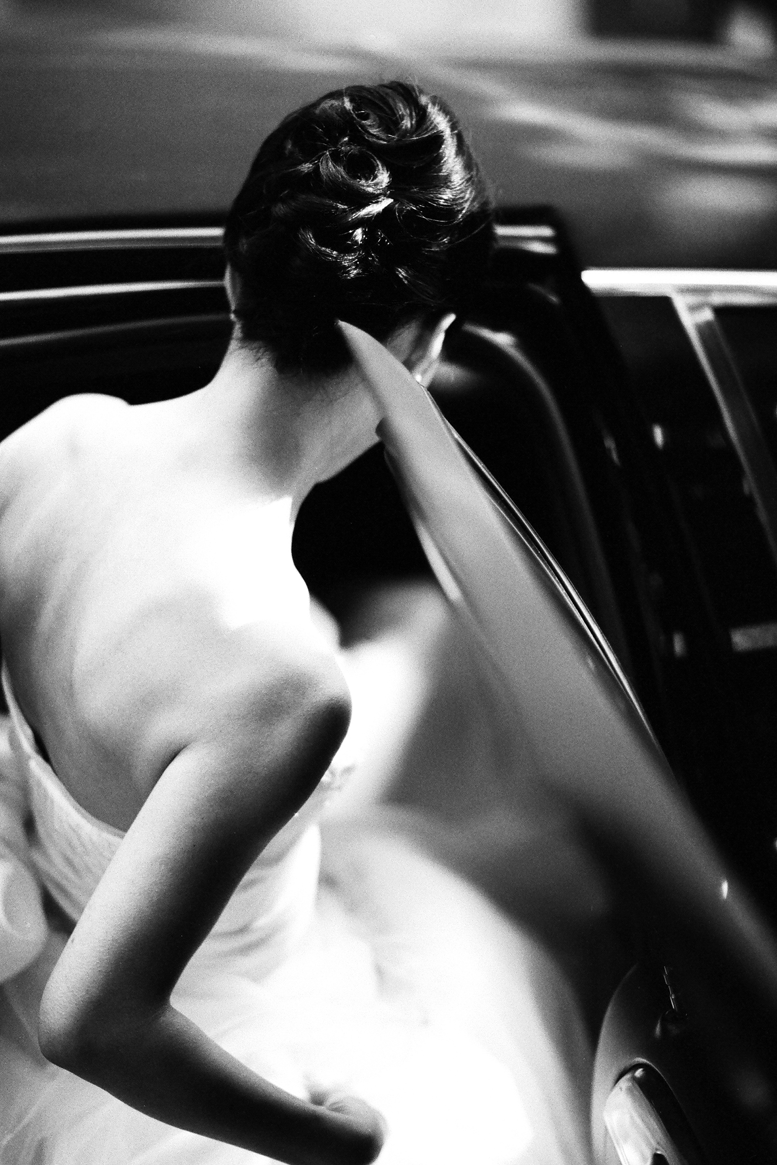 bride-stepping-into-limo-bradley-hanson-photography