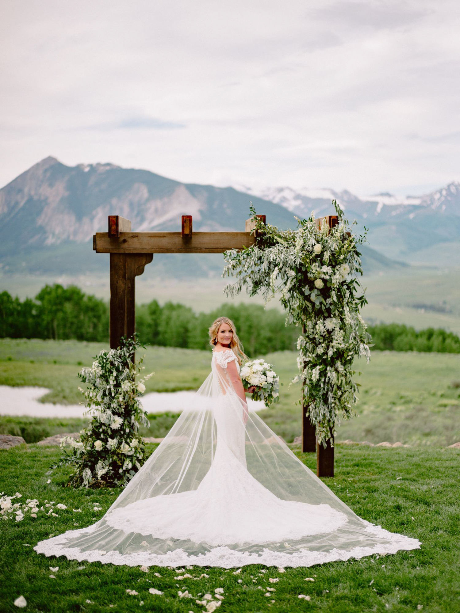 outdoor-wedding-bride-with-mermaid-lace-dress-and-long-train-washington-state-benj-haisch-seattle