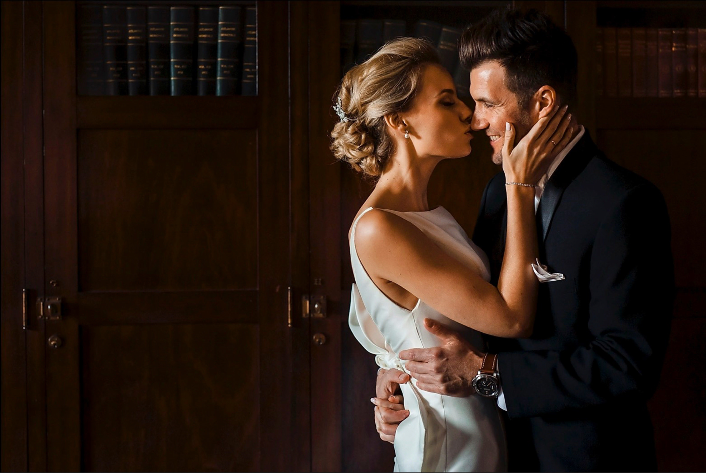 couple-kiss-against-library-wood-paneling-m-hart-los-angeles-photographer