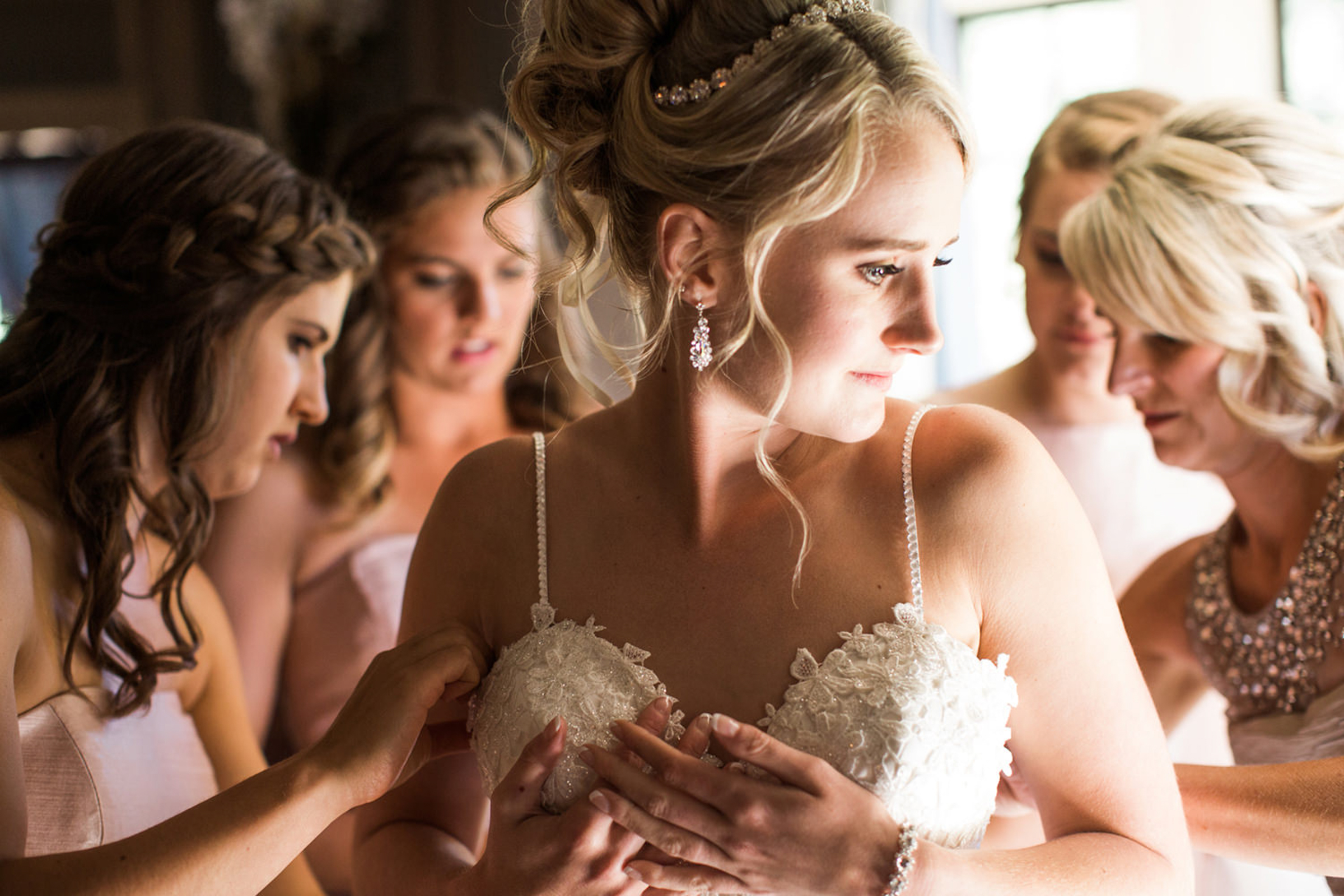 bridesmaids-and-mom-helping-bride-get-ready-stephanie-cristalli-photography