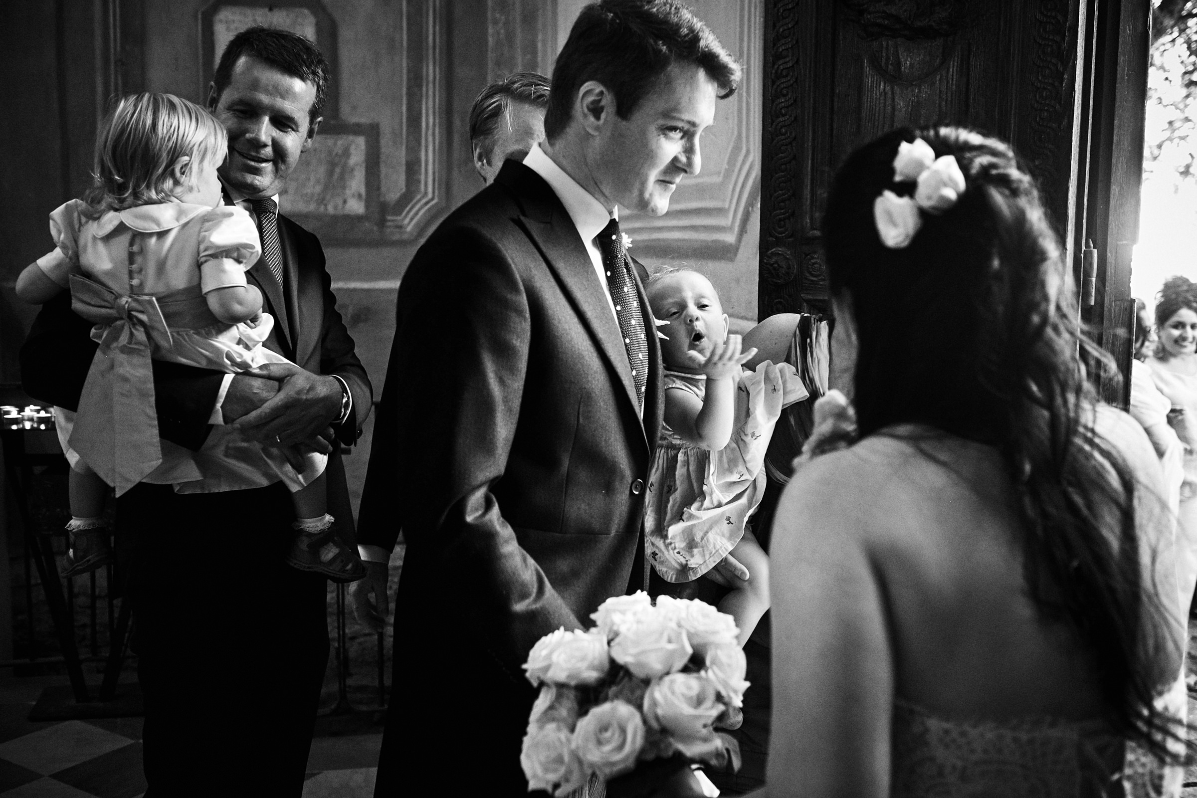 bride-and-fathers-with-children-documentary-in-italy-villa-andrea-bagnasco-fotografie