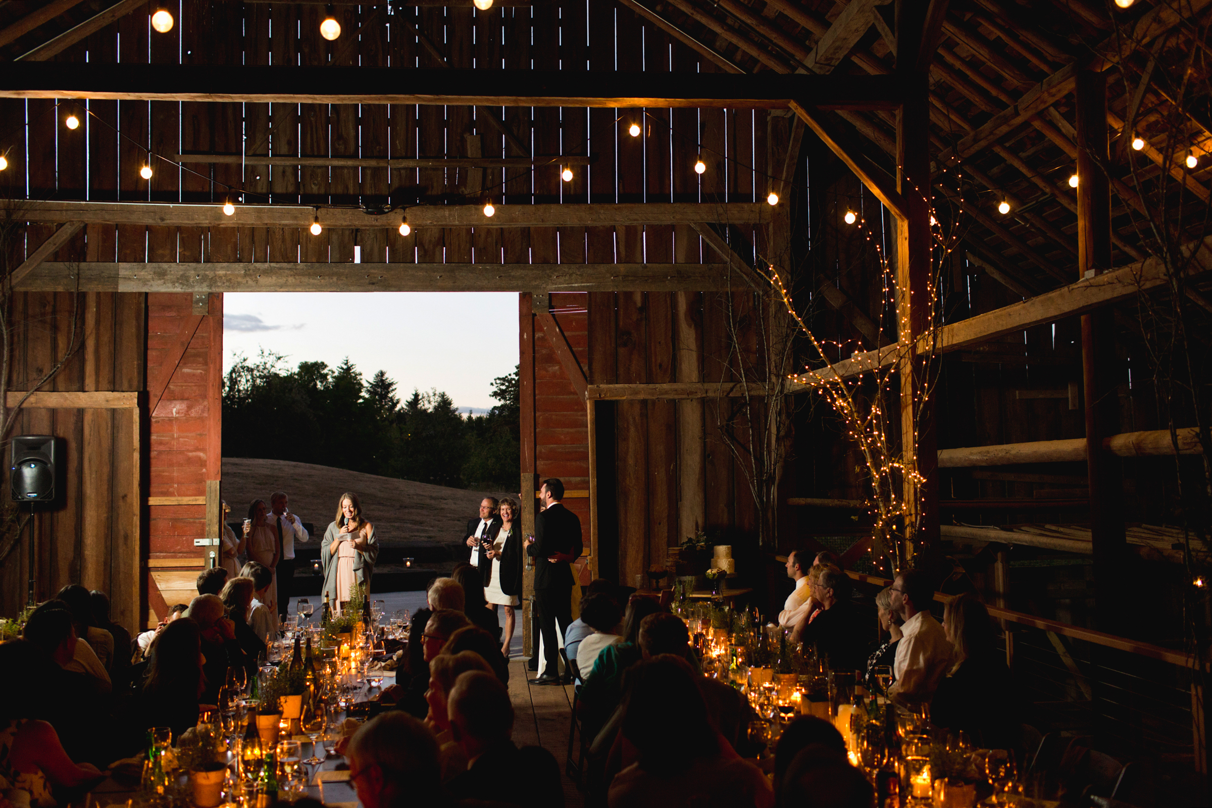 evening-reception-table-guests-listening-jessica-hill-photography
