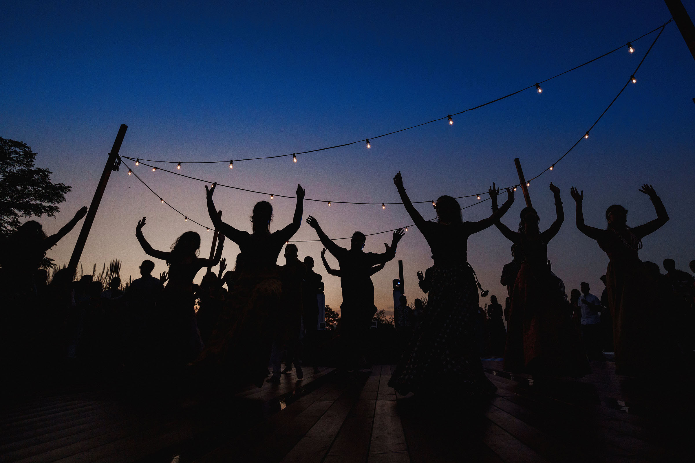 guests-dancing-under-strings-of-lights-f5-photography