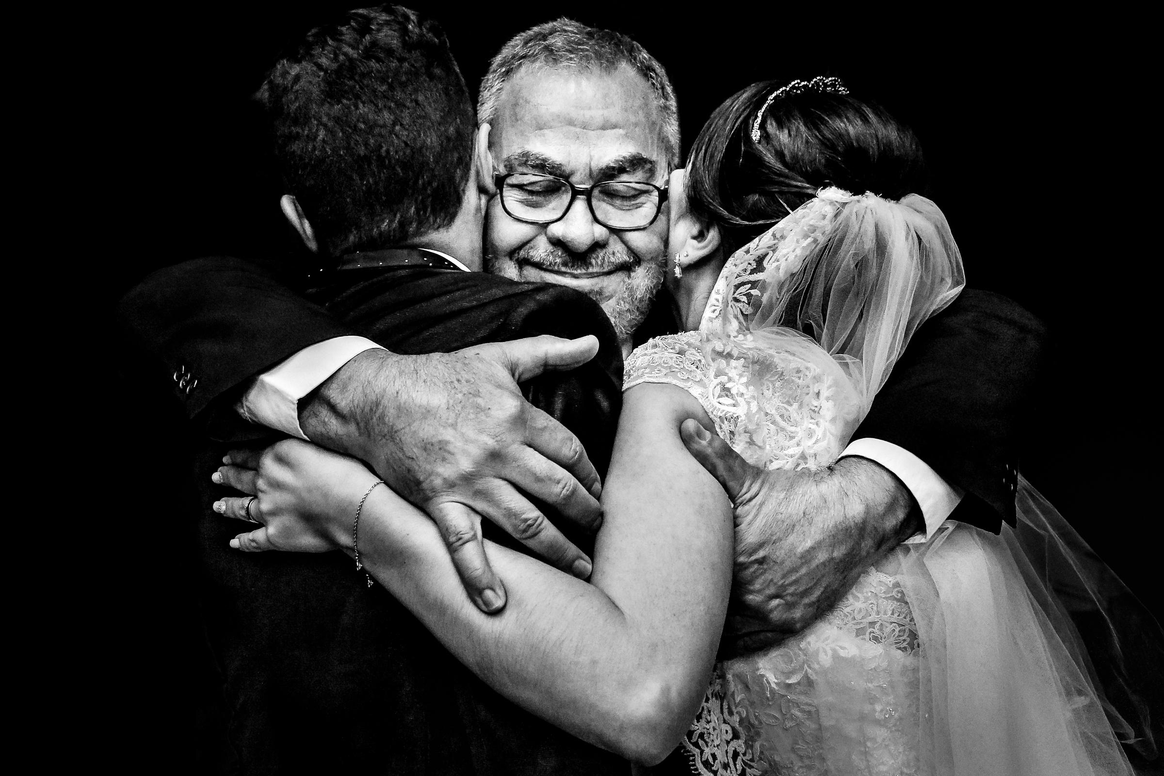 big-hug-for-bride-and-groom-area-da-fotografia