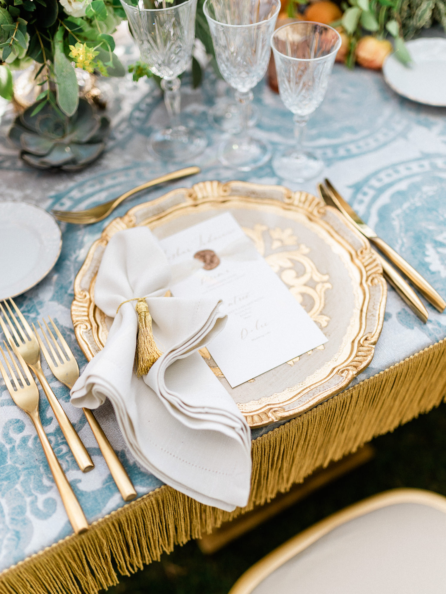 gold-trim-blue-renissance-table-with-gold-trimmed-plates-silverware-worlds-best-wedding-photos-gianluca-adiovaso-italy-wedding-photographers
