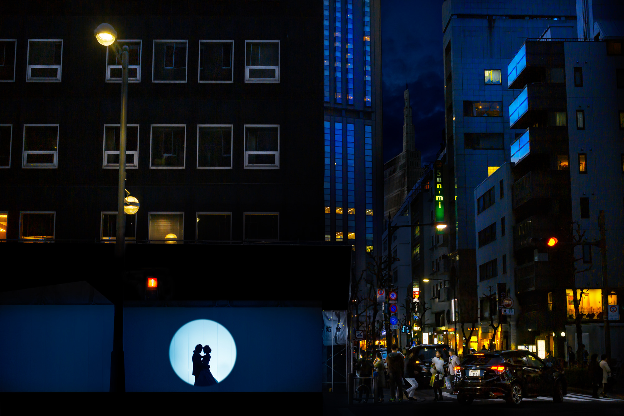 Silhouette of couple in urban spotlight - photo by David Bastianoni
