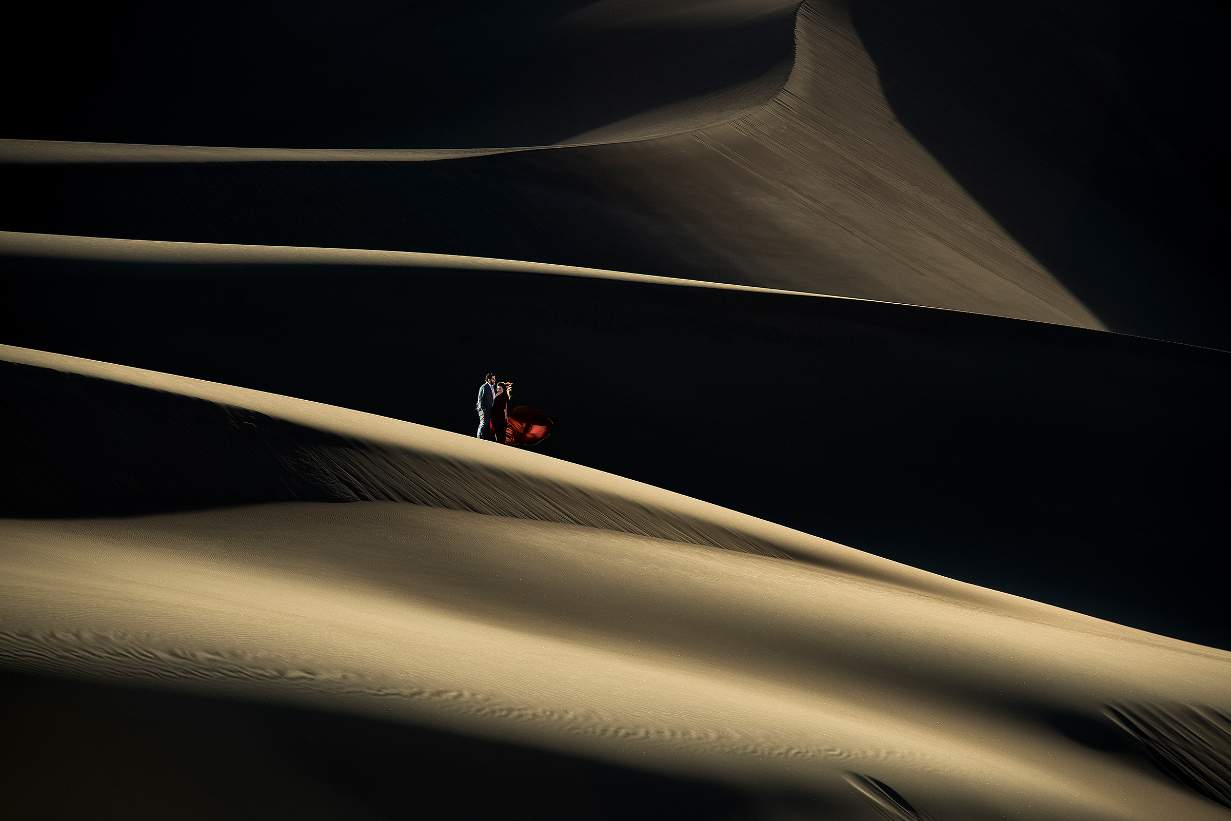 bride-and-groom-in-desert-photo-by-j-la-plante-photo