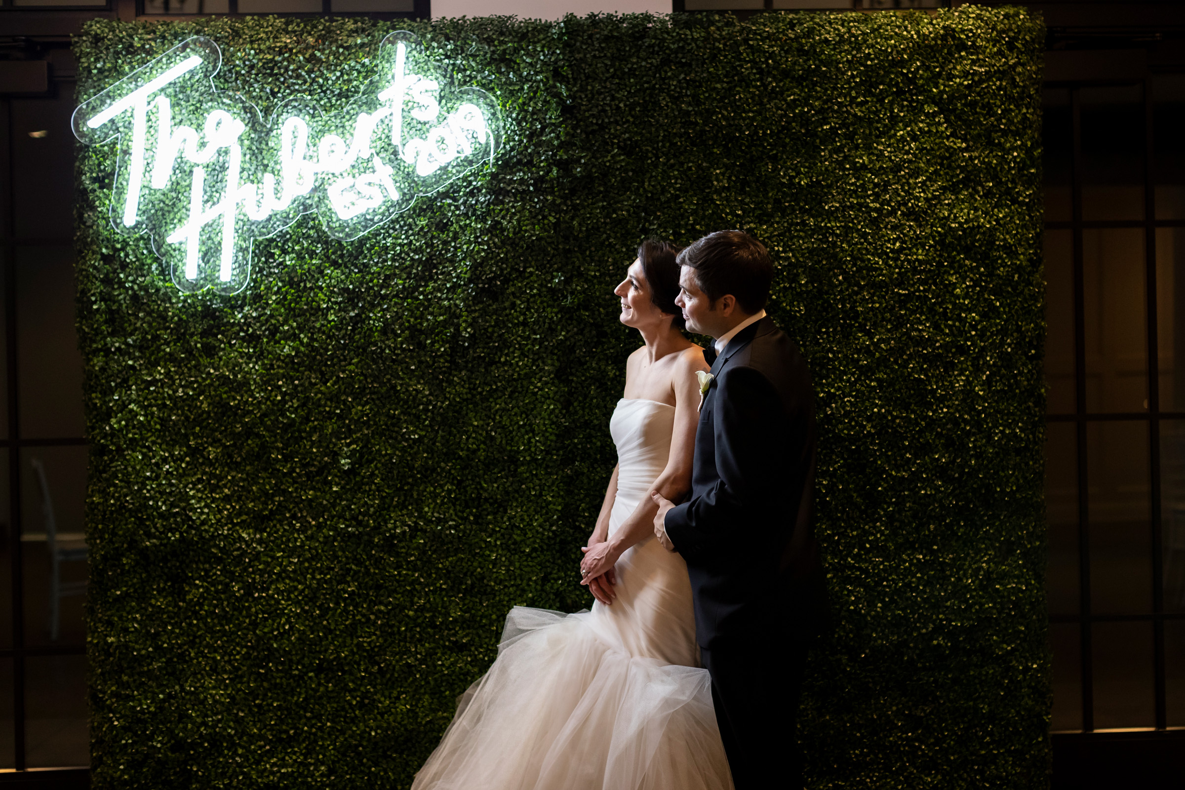 couple-at-neon-sign-with-their-name-berit-bizjak-photography