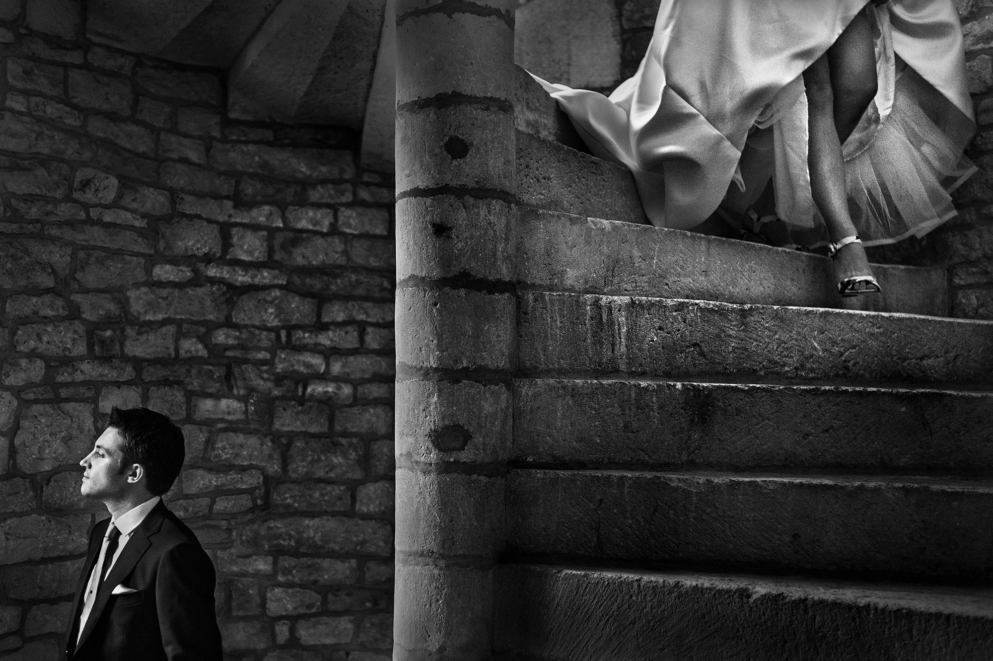 black-and-white-bride-descending-spiral-stairs-first-look-worlds-best-wedding-photos-victor-lax-spain-wedding-photographers