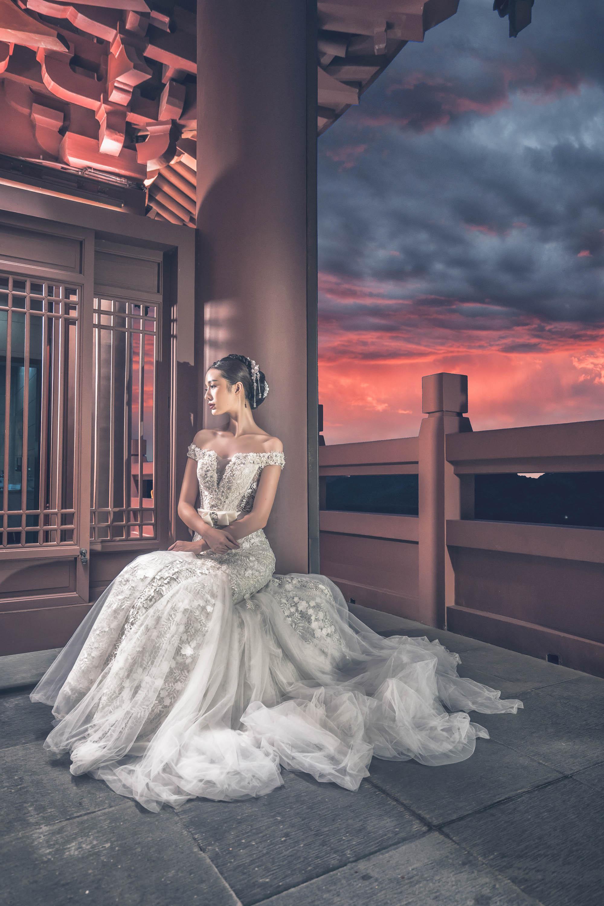 bridal-portrait-on-chinese-pagoda-balcony-worlds-best-wedding-photos-cm-leung-china-wedding-photographers