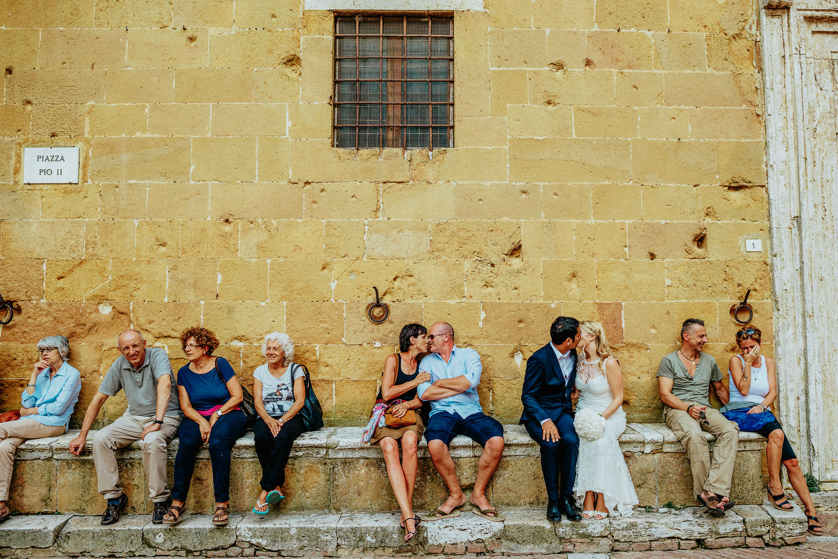 Couple kissing on bench photographed by Samo Rovan - Italy