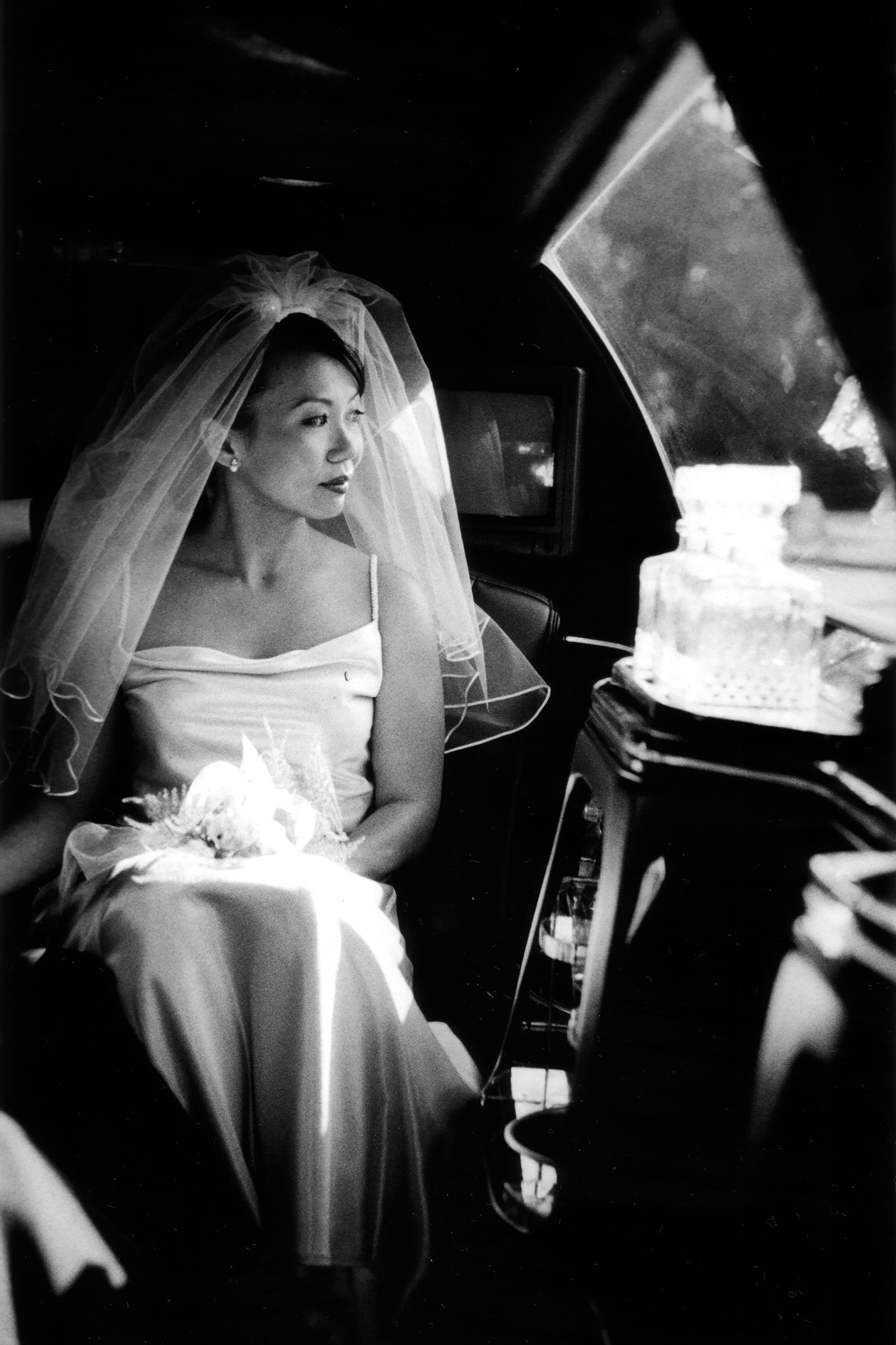 bride-gazing-out-limo-window-bradley-hanson-photography