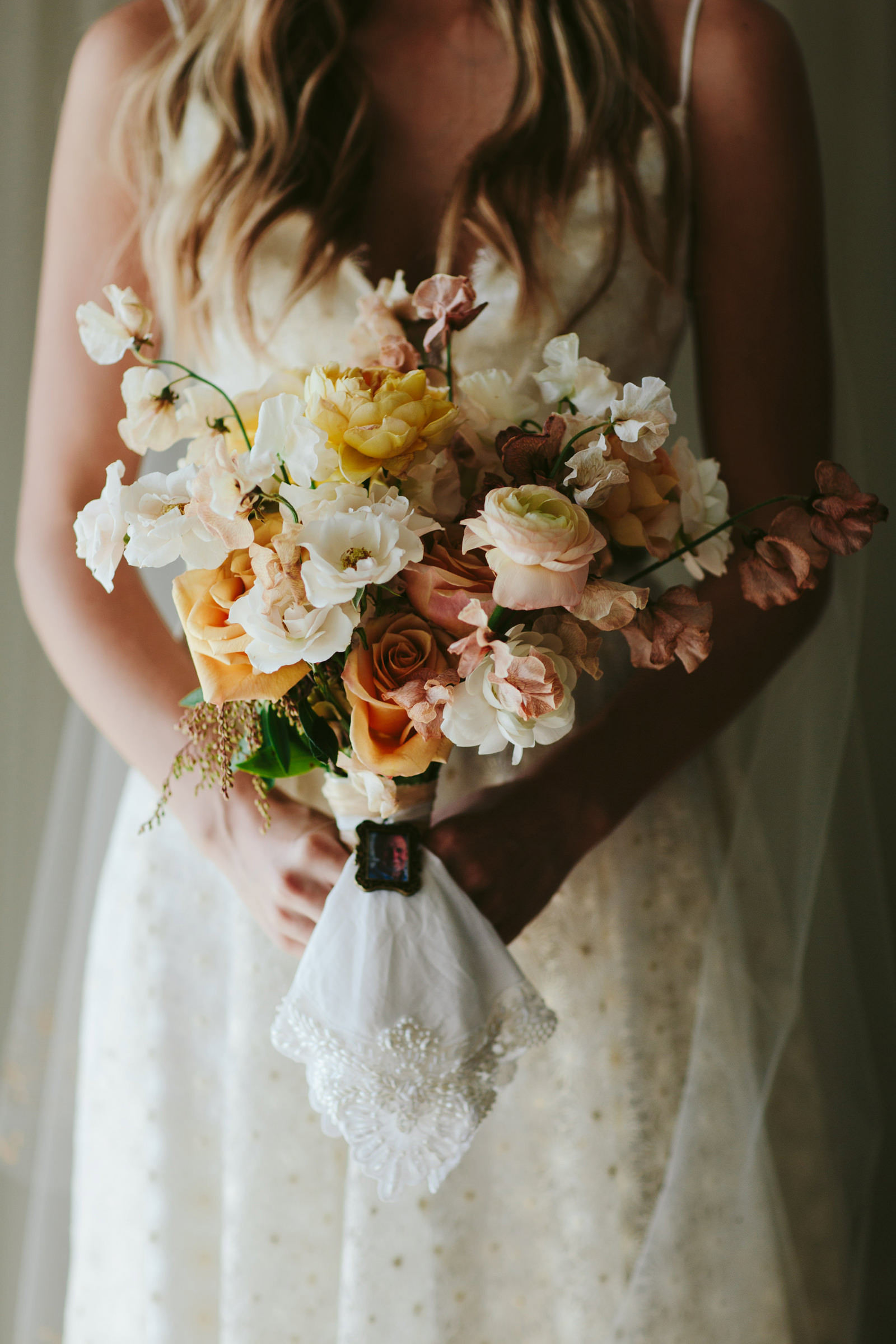 bride-holding-bouquet-melia-lucida