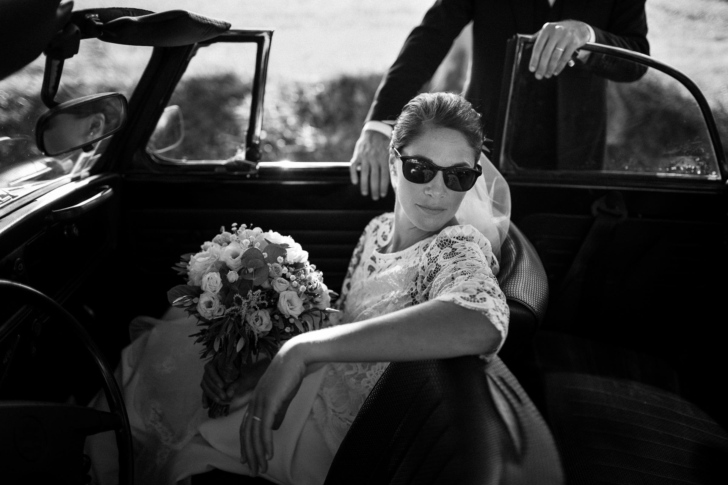 bride-in-car-sylvain-bouzat-wedding-photographer