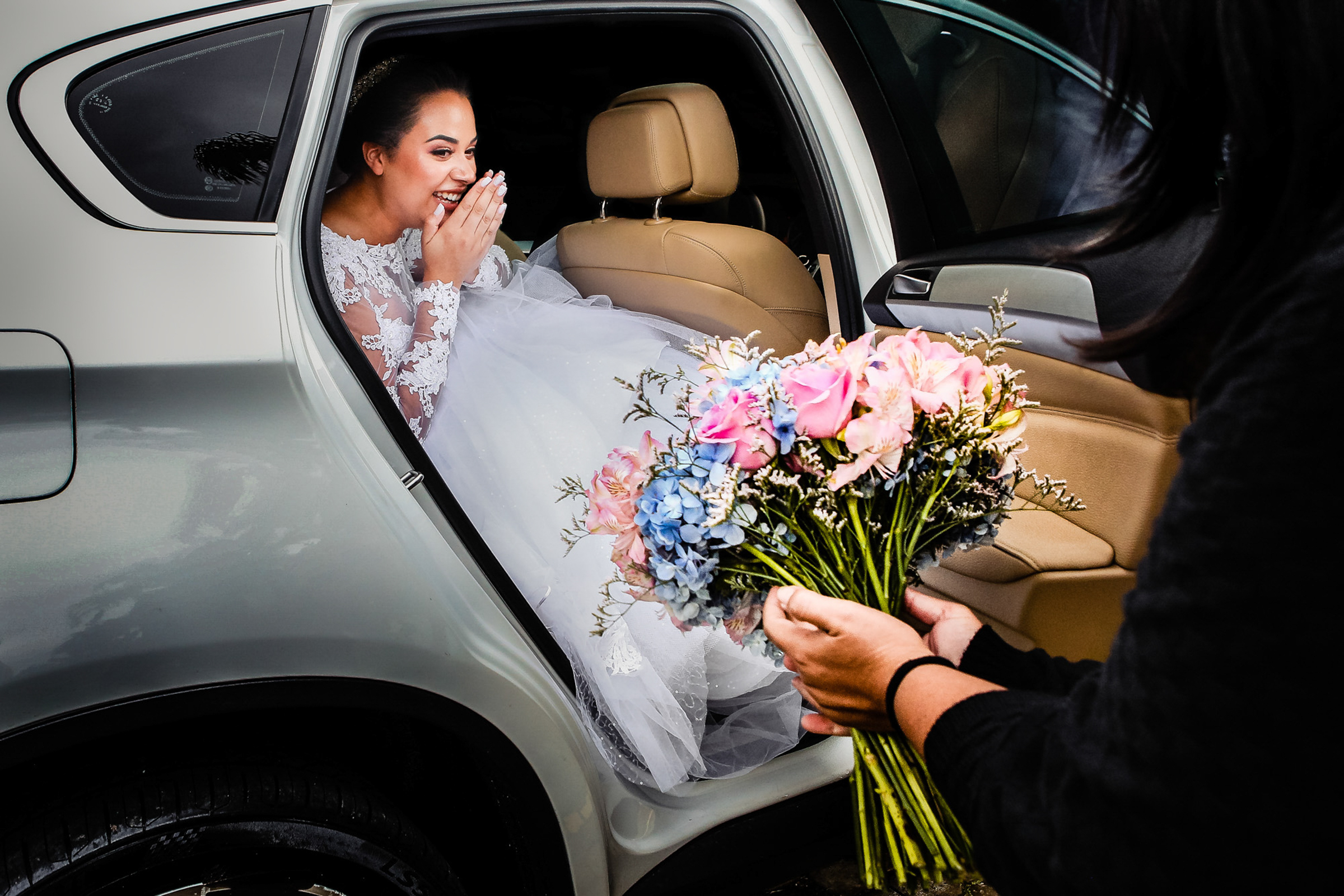 bride-to-receive-her-bouquet-area-da-fotografia-portugal-photographer