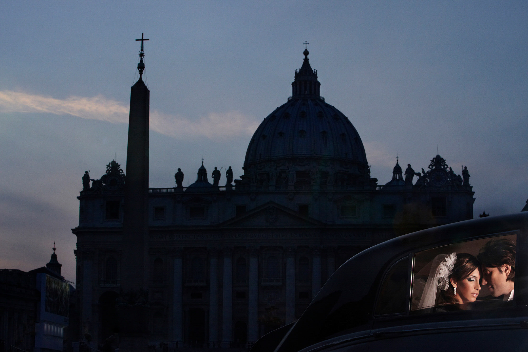 couple-in-limousine-light-silhouett-of-st-pauls-cathedral-in-rome-worlds-best-wedding-photos-jerry-ghionis-top-las-vcegas-photographer