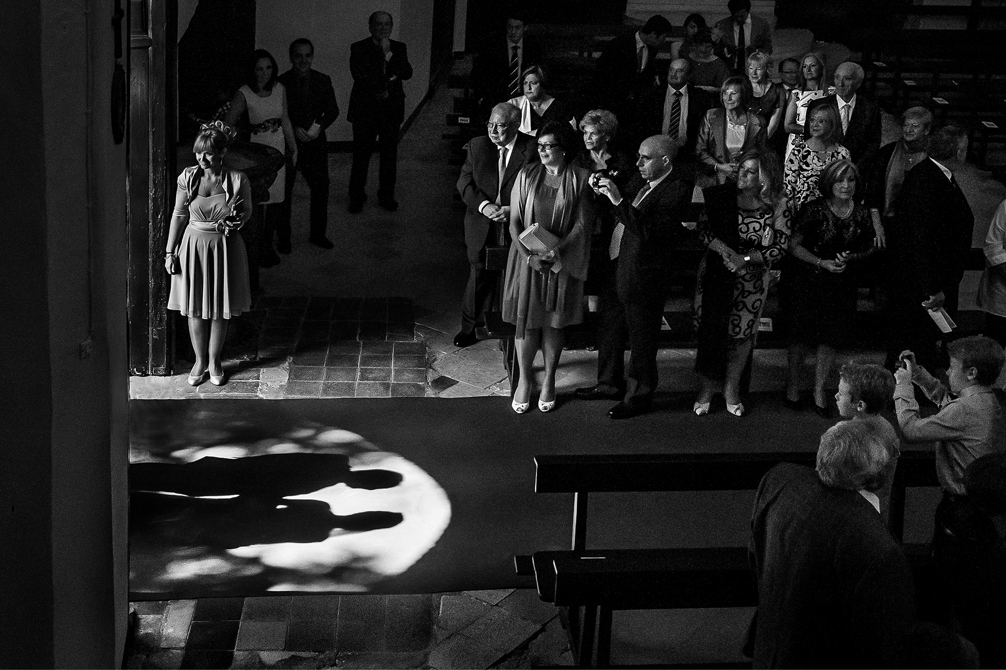 creative-black-and-white-shadows-of-bride-and-dad-entering-church-worlds-best-wedding-photos-victor-lax-spain-wedding-photographers