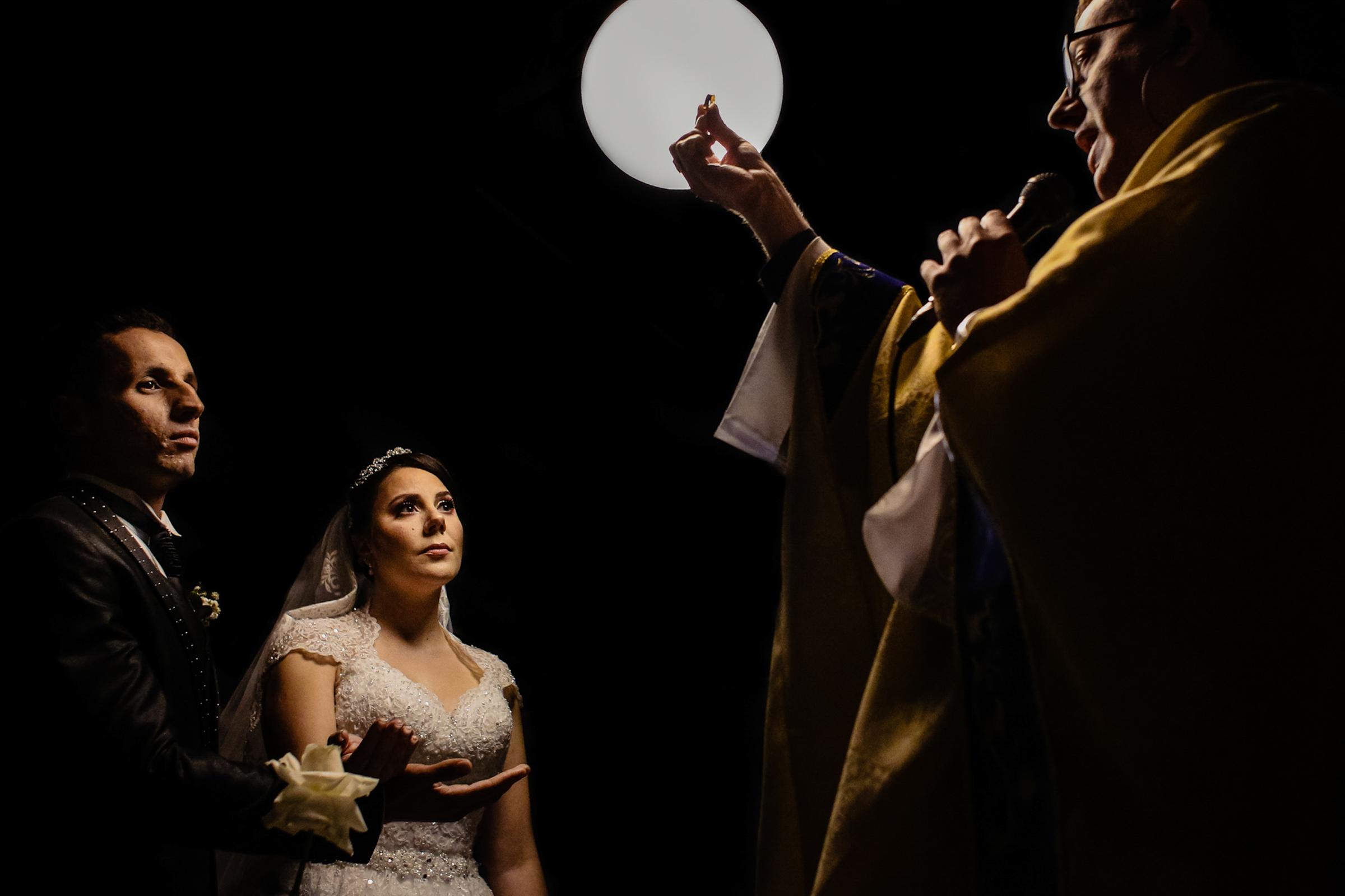 dramatic-ceremony-lighting-for-couple-and-priest-area-da-fotografia-portugal-photographer