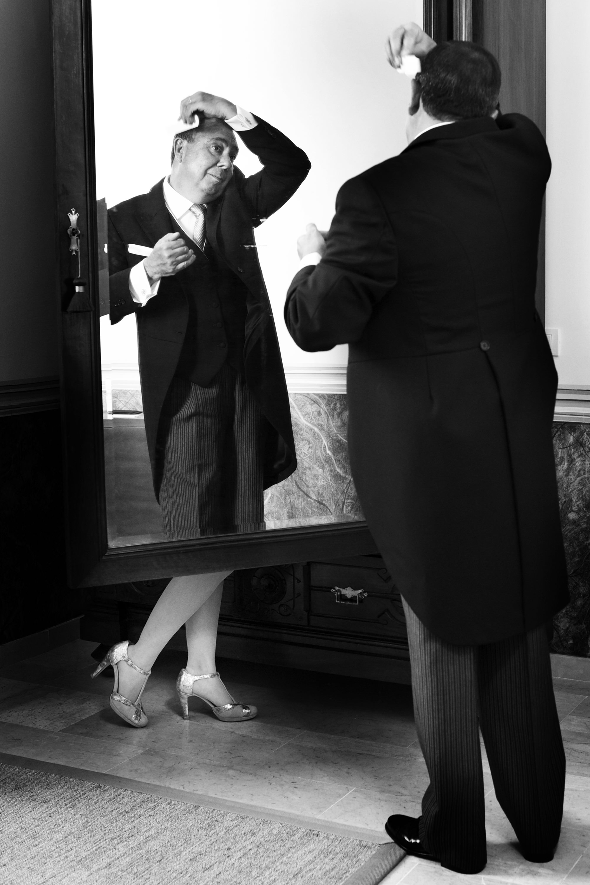 Funny wedding photo of father getting ready - photo by Look Fotographia