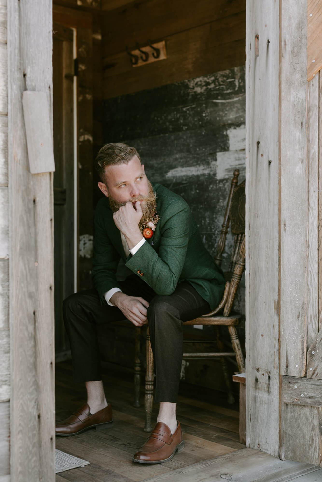 hipster-groom-in-cabin-with-forest-green-suit-coat-grey-pants-worlds-best-wedding-photographers-kristen-marie-parker-seattle-wedding-photographers