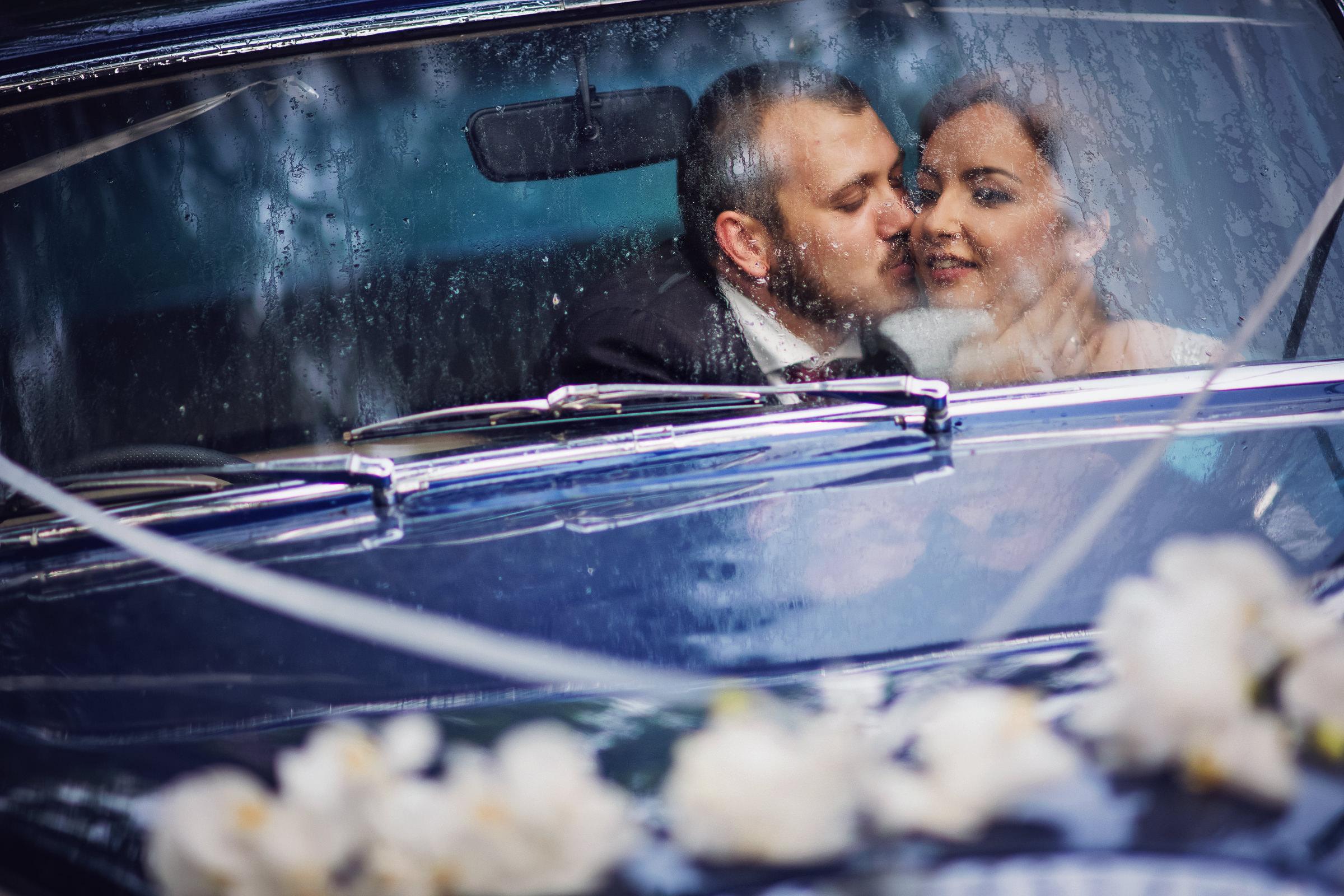 kiss-in-rain-streaked-car-deliysky-studio