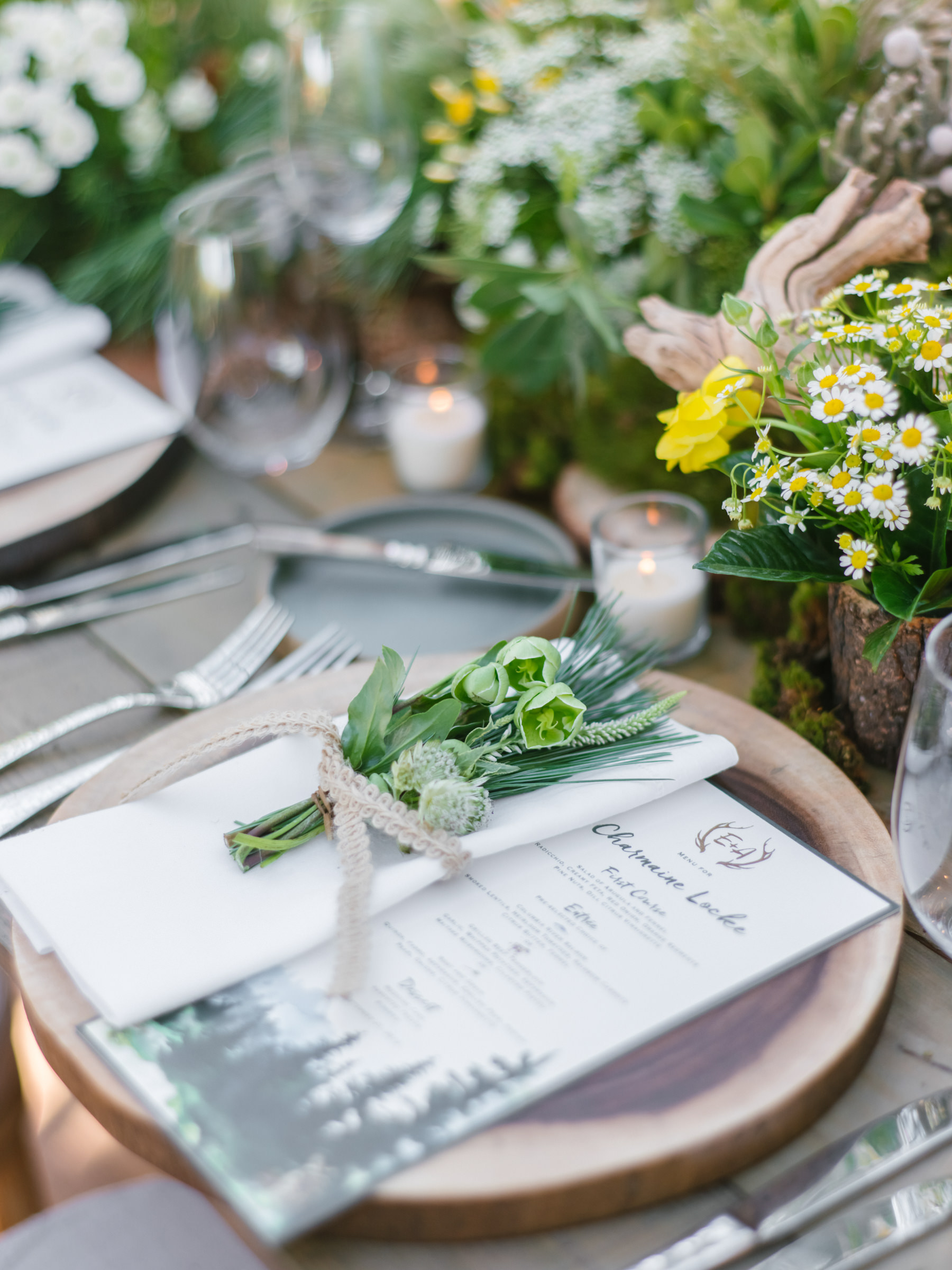 place-setting-with-menu-and-floral-decor-in-yellow-white-and-green-photo-by-amy-and-stuart-photography