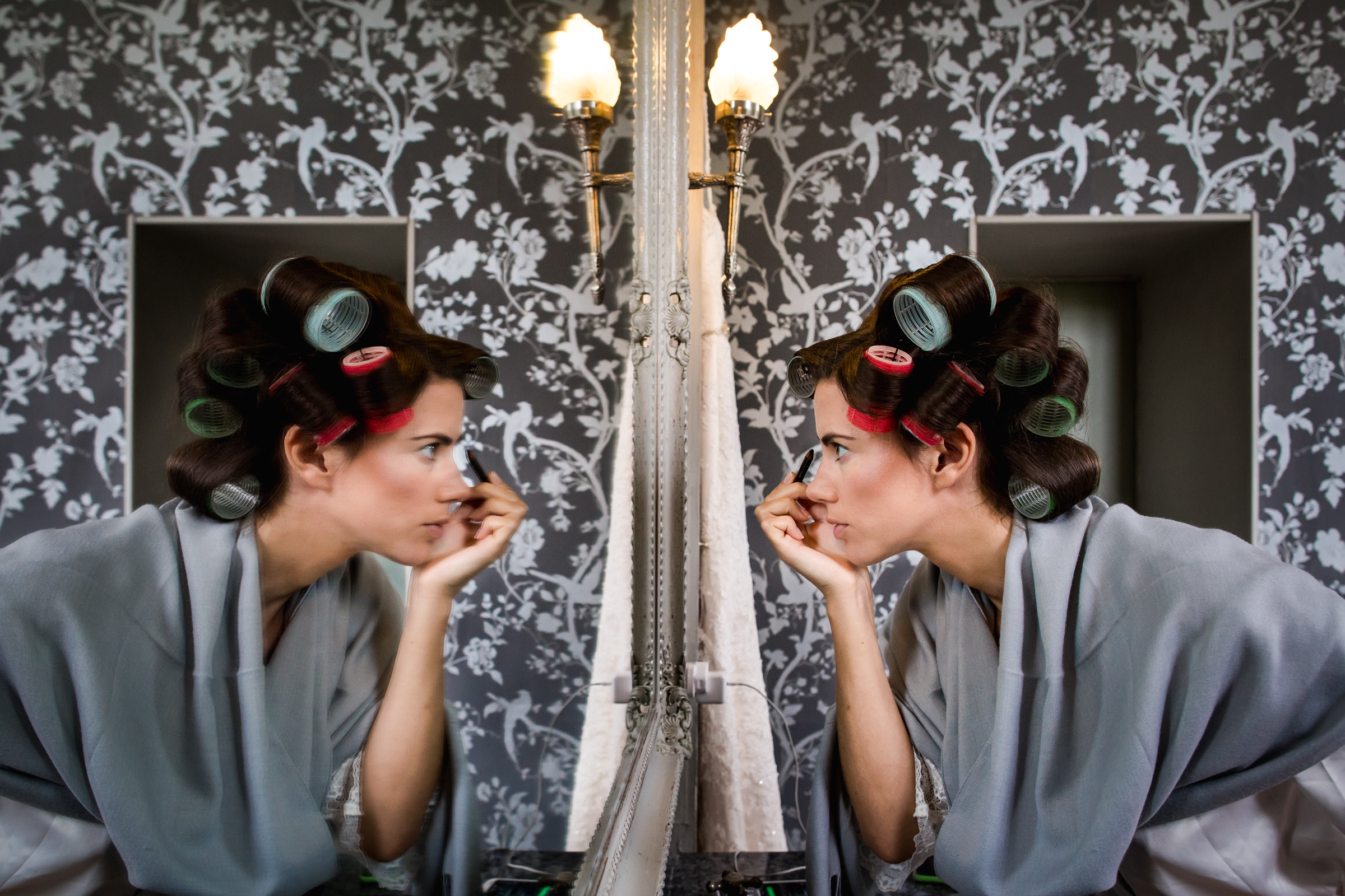Reflection of bride getting ready in curlers - photographed by William Lambelet - Montpellier