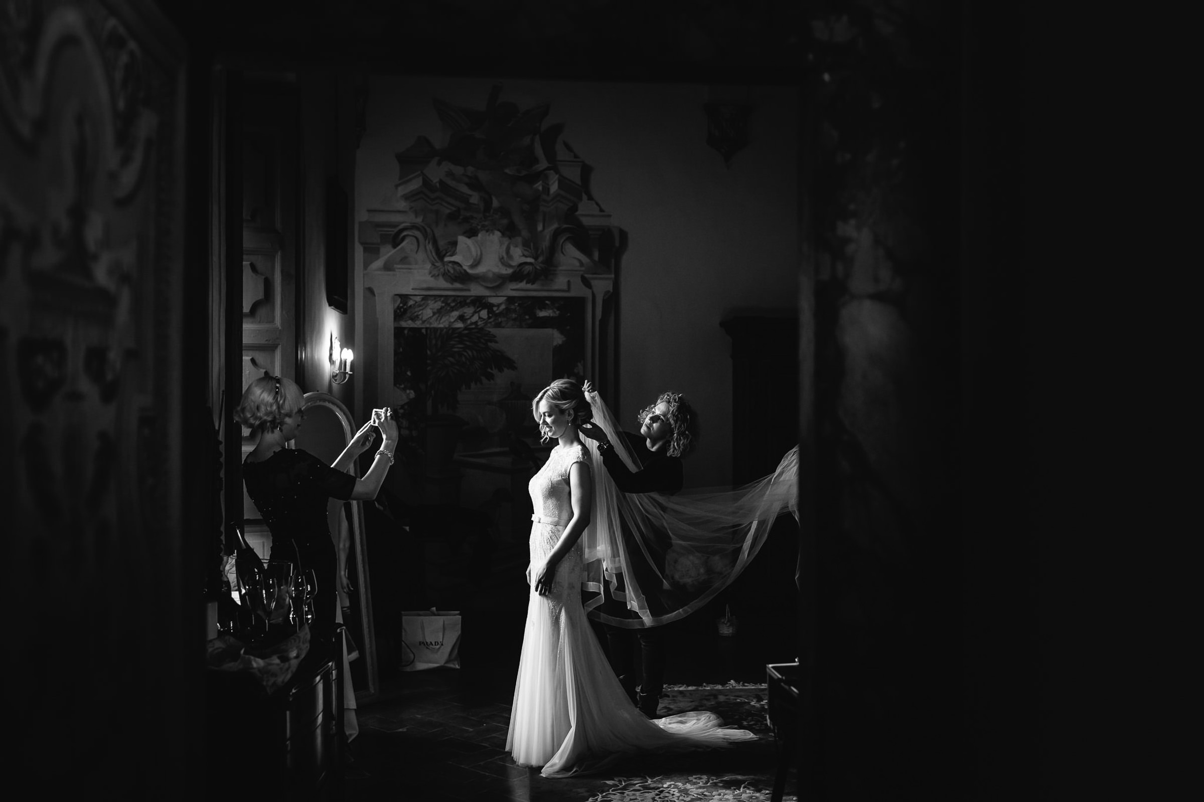 Portrait of bride having her fixed - photo by Julian Kanz - Italy