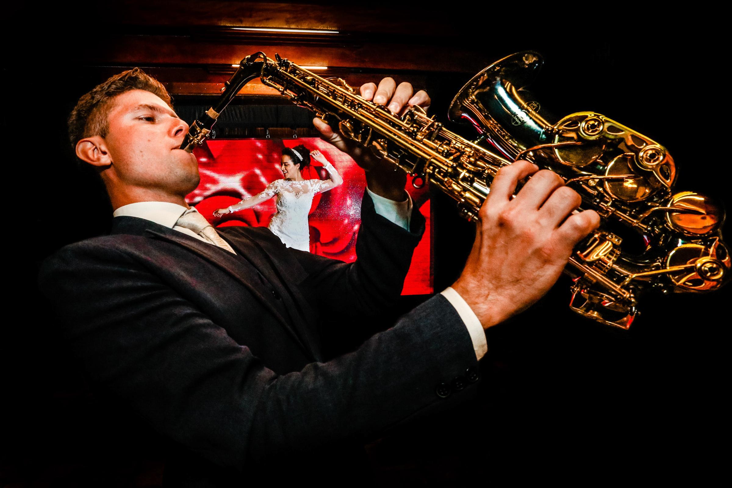sax-player-with-dancing-bride-area-da-fotografia