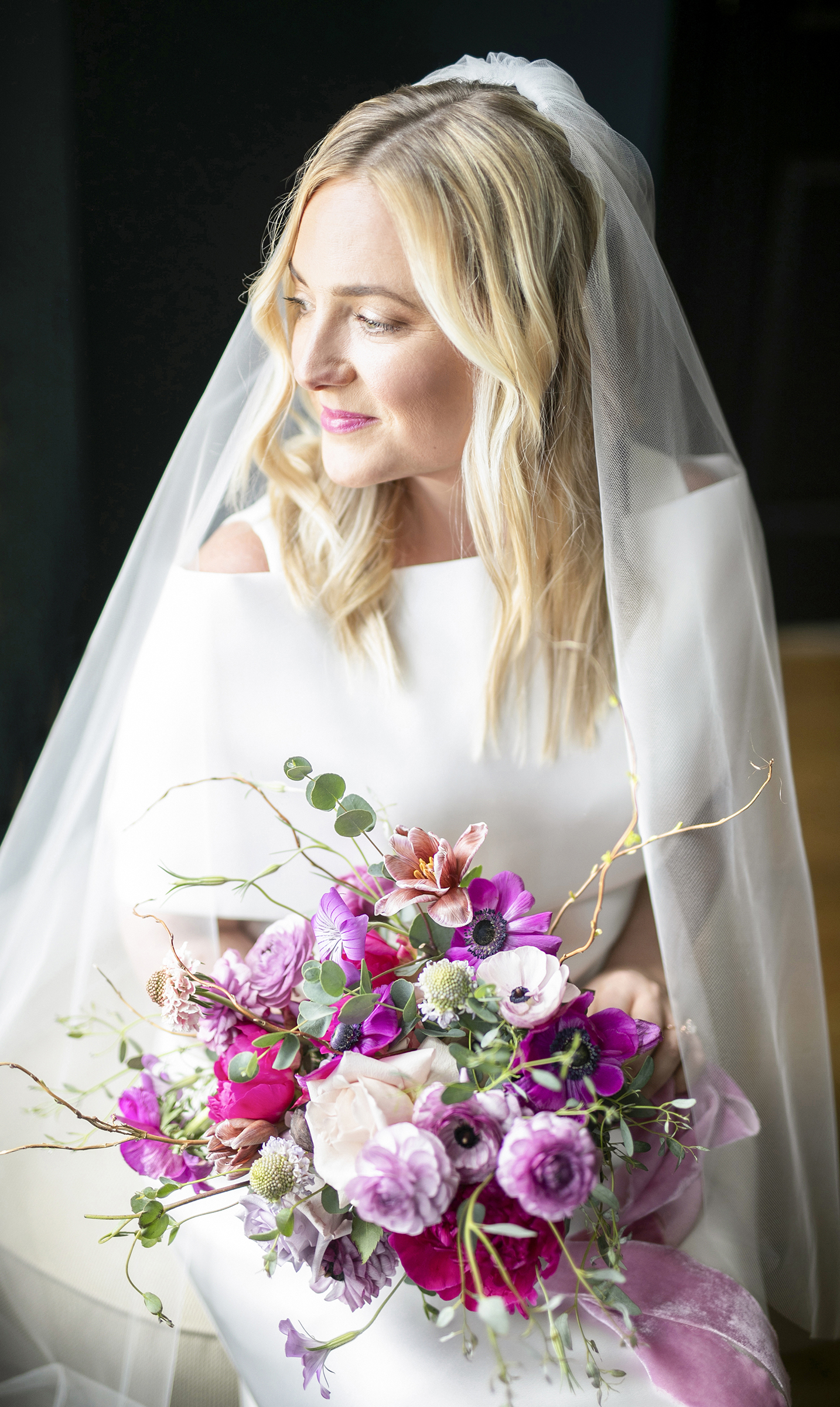 seated-bride-portrait-with-veil-and-bouquet-anna-schmidt-photography