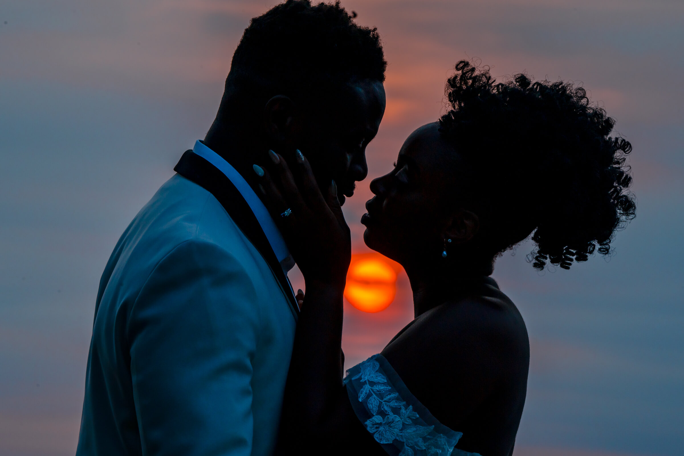 sunset-silhouette-couple-bee-two-sweet