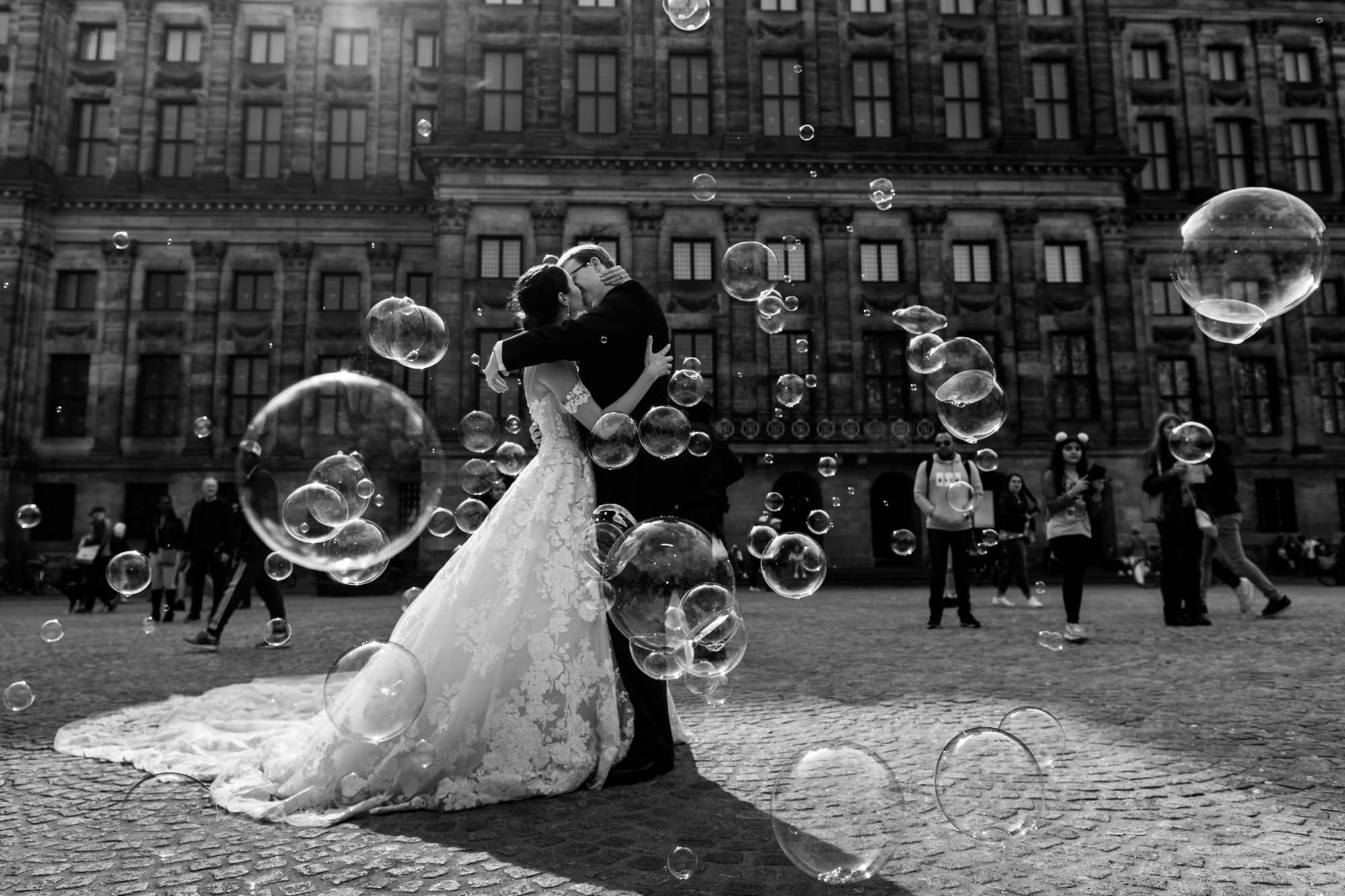 Bride and groom kissing amongst bubbles photo by Fotobelle: Isabelle Hattink