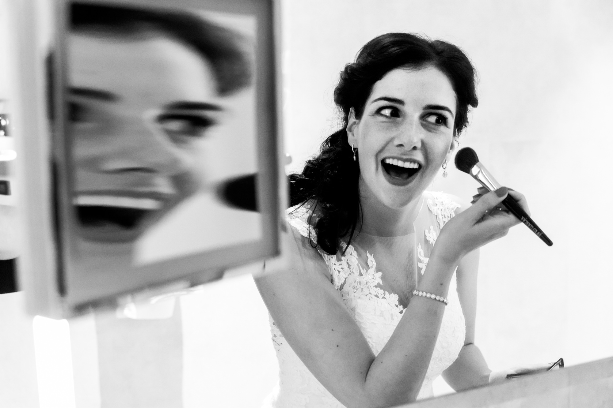 Creative mirror reflection bride putting on make-up photo by Fotobelle: Isabelle Hattink