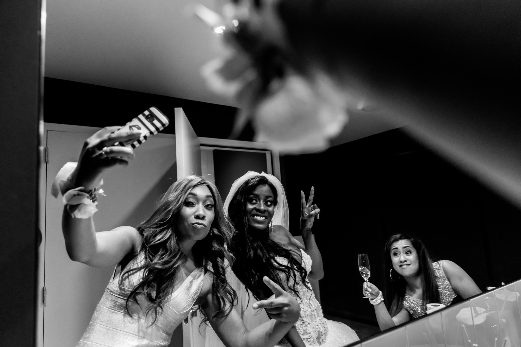 Bride and maids taking selfie photo by Fotobelle: Isabelle Hattink