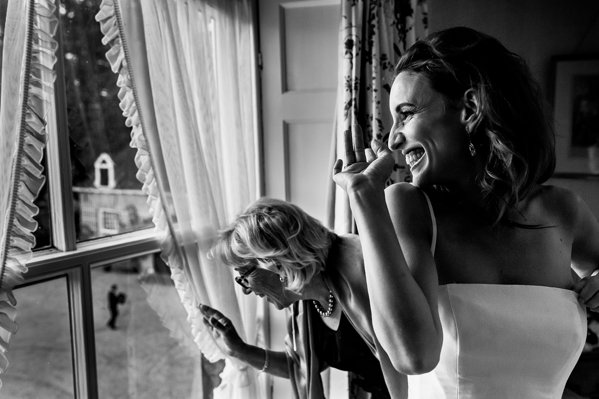 Bride grinning and waving with mom photo by Fotobelle: Isabelle Hattink
