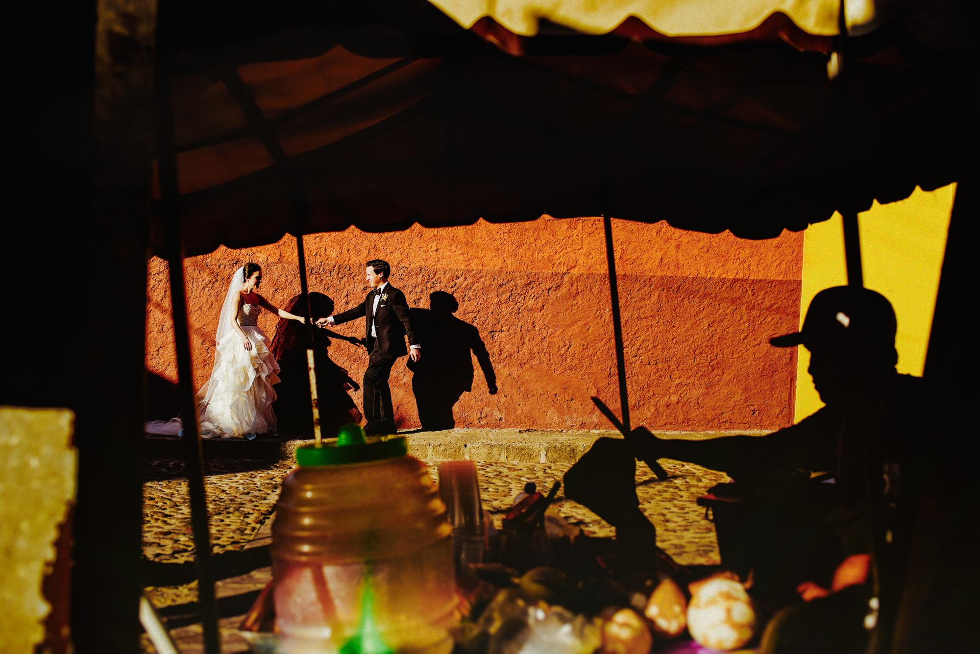 Artistic wedding portrait with shadows by Fer Juaristi