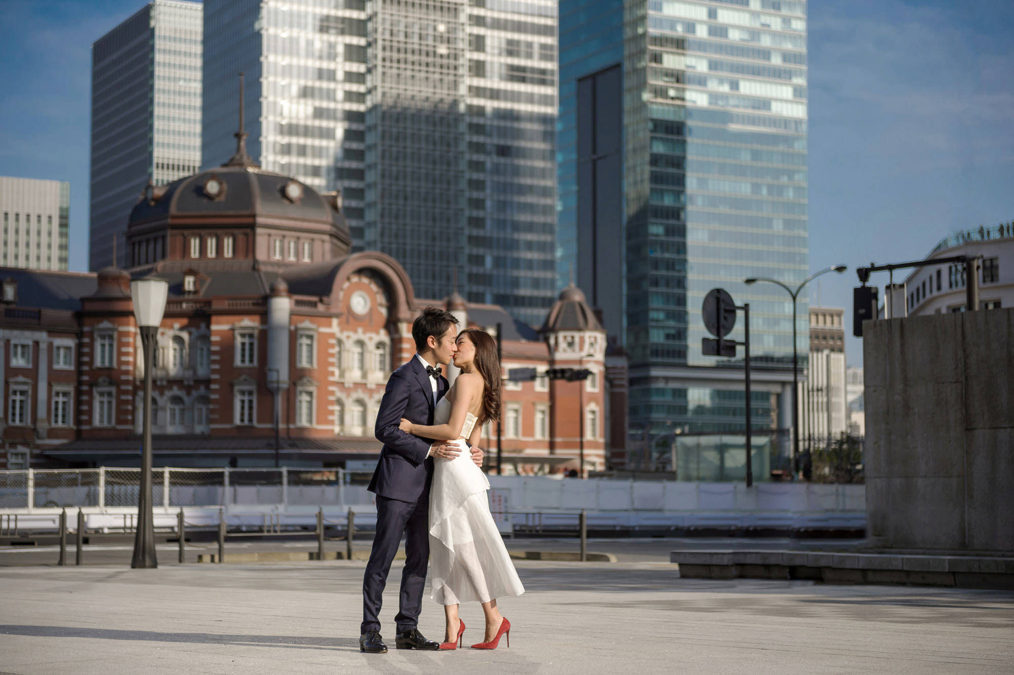 Bride and groom kissing against cityscape, photo by 37 Frames, Japan Wedding Photographers